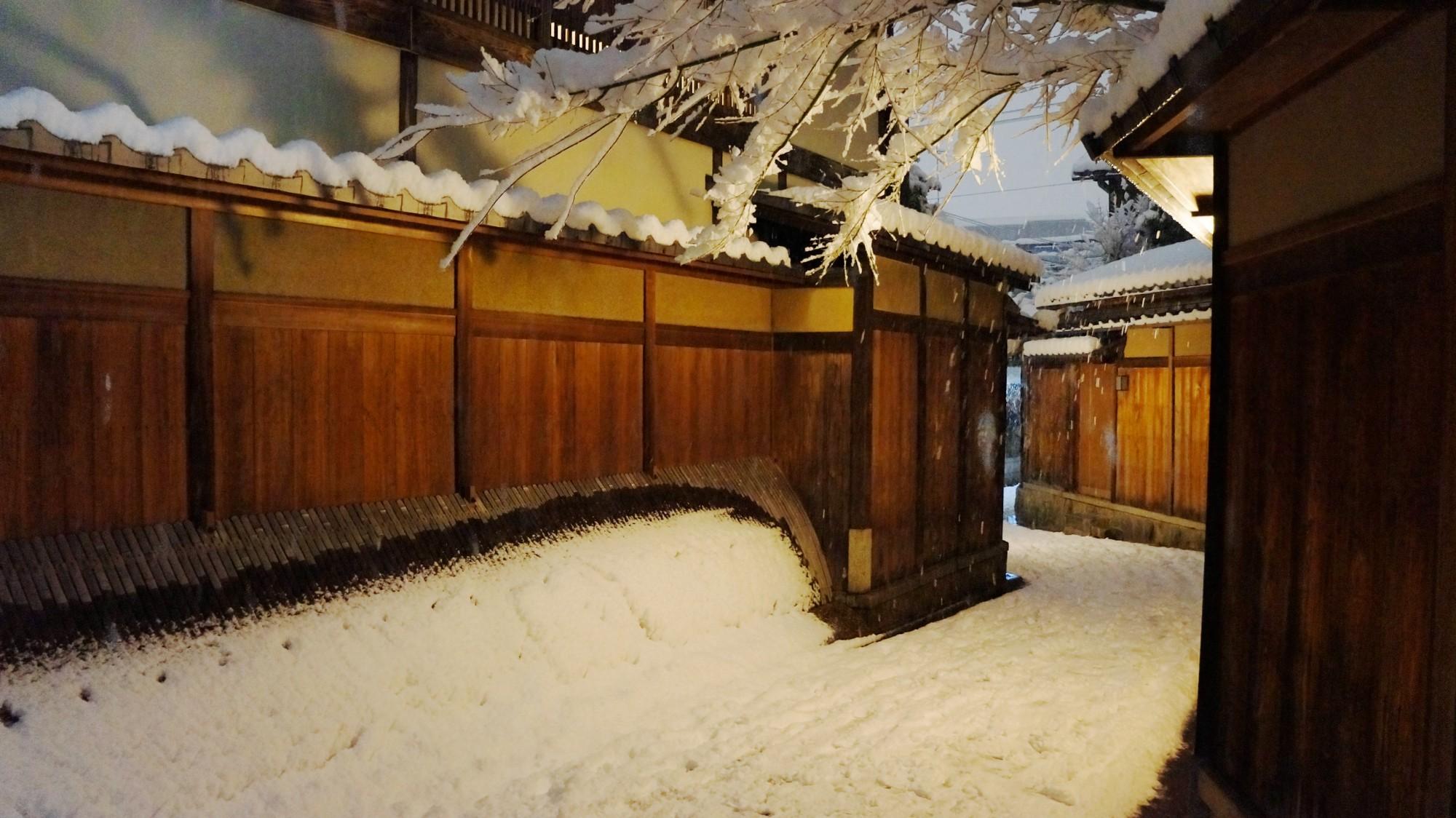 石塀小路 雪 知る人ぞ知る祇園の風情ある冬景色