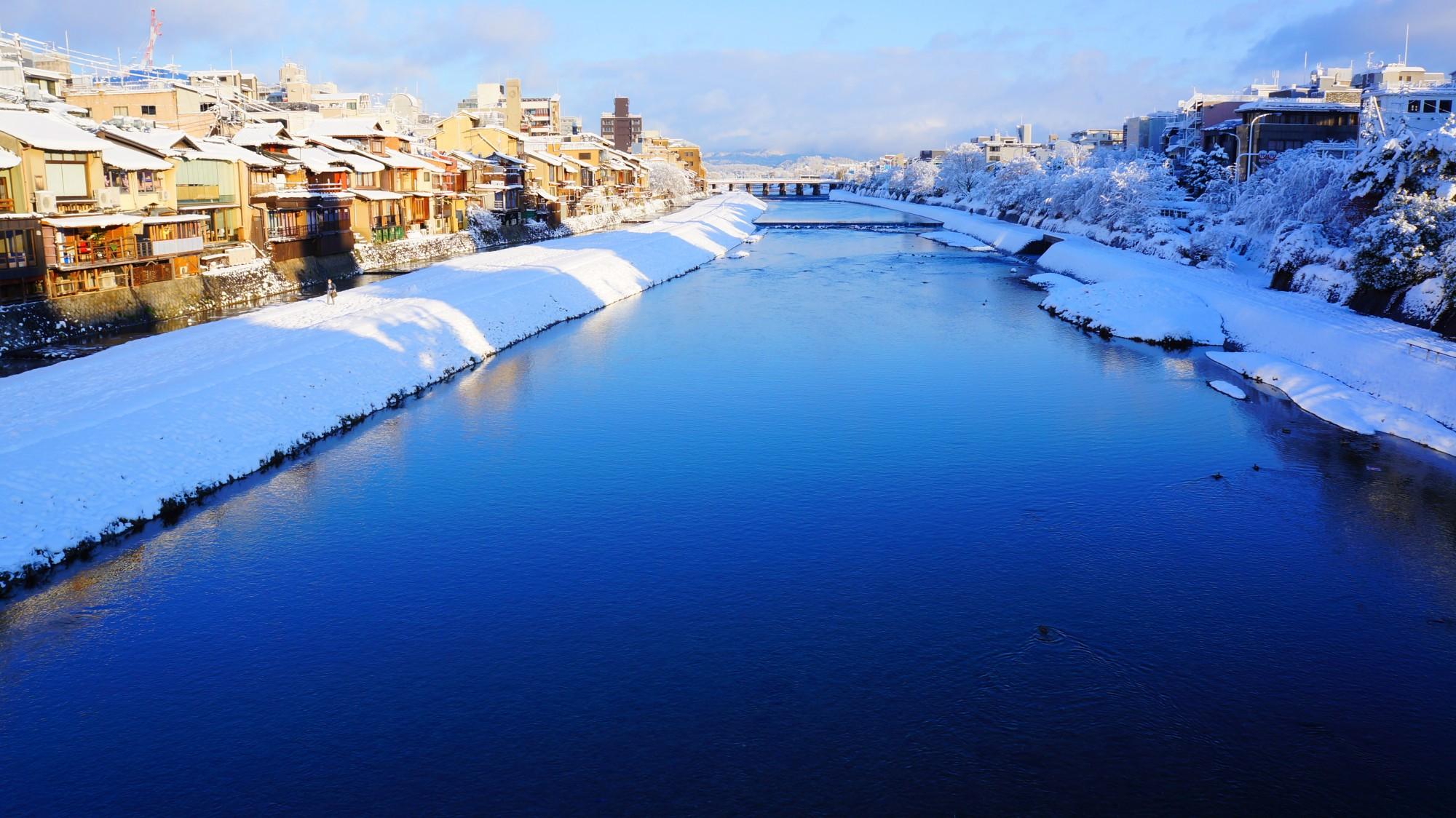 鴨川 雪景色 美しすぎる雪で輝く川面と水鏡