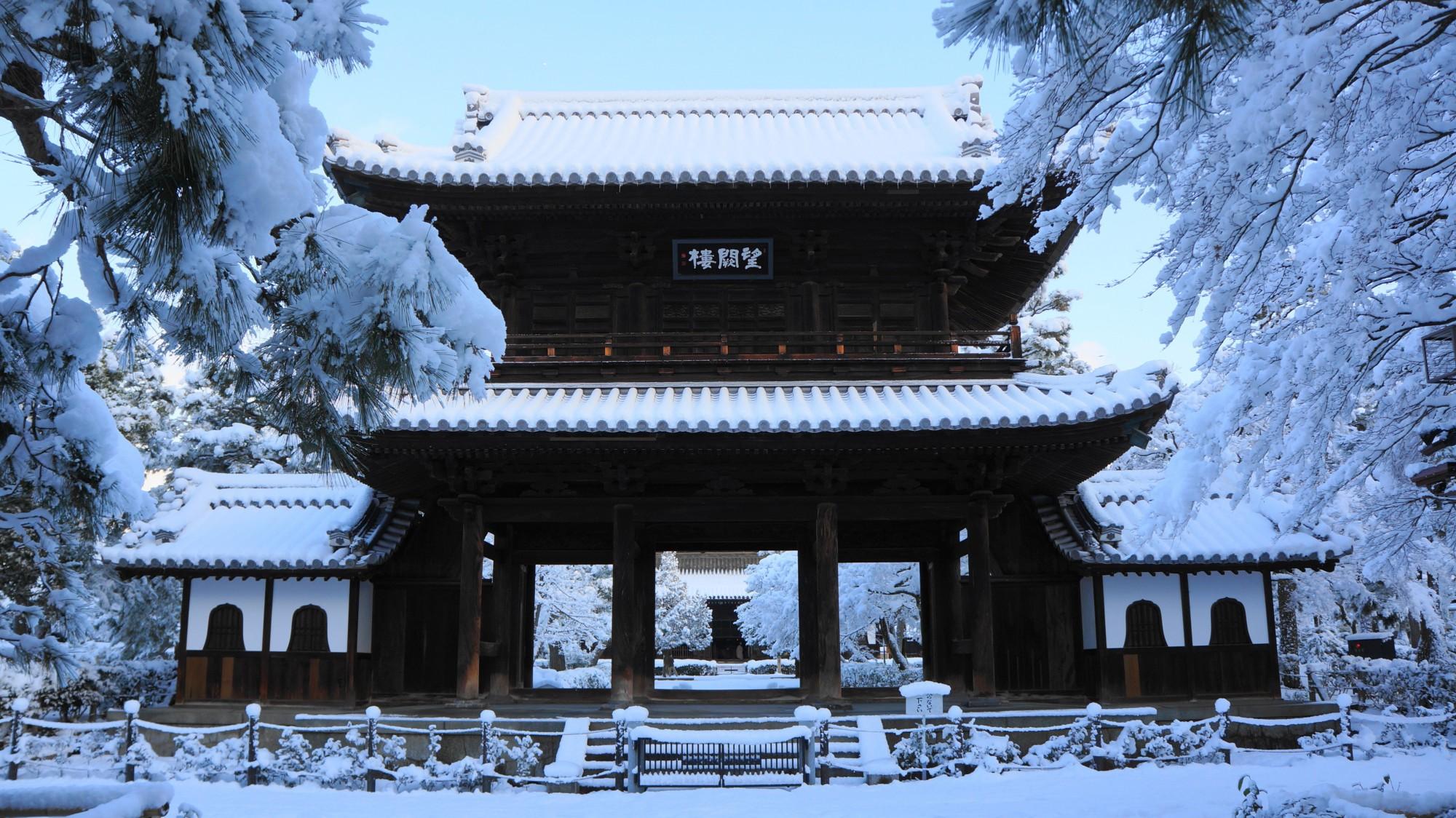 建仁寺 雪 静まり返った白銀の境内と厳かな三門