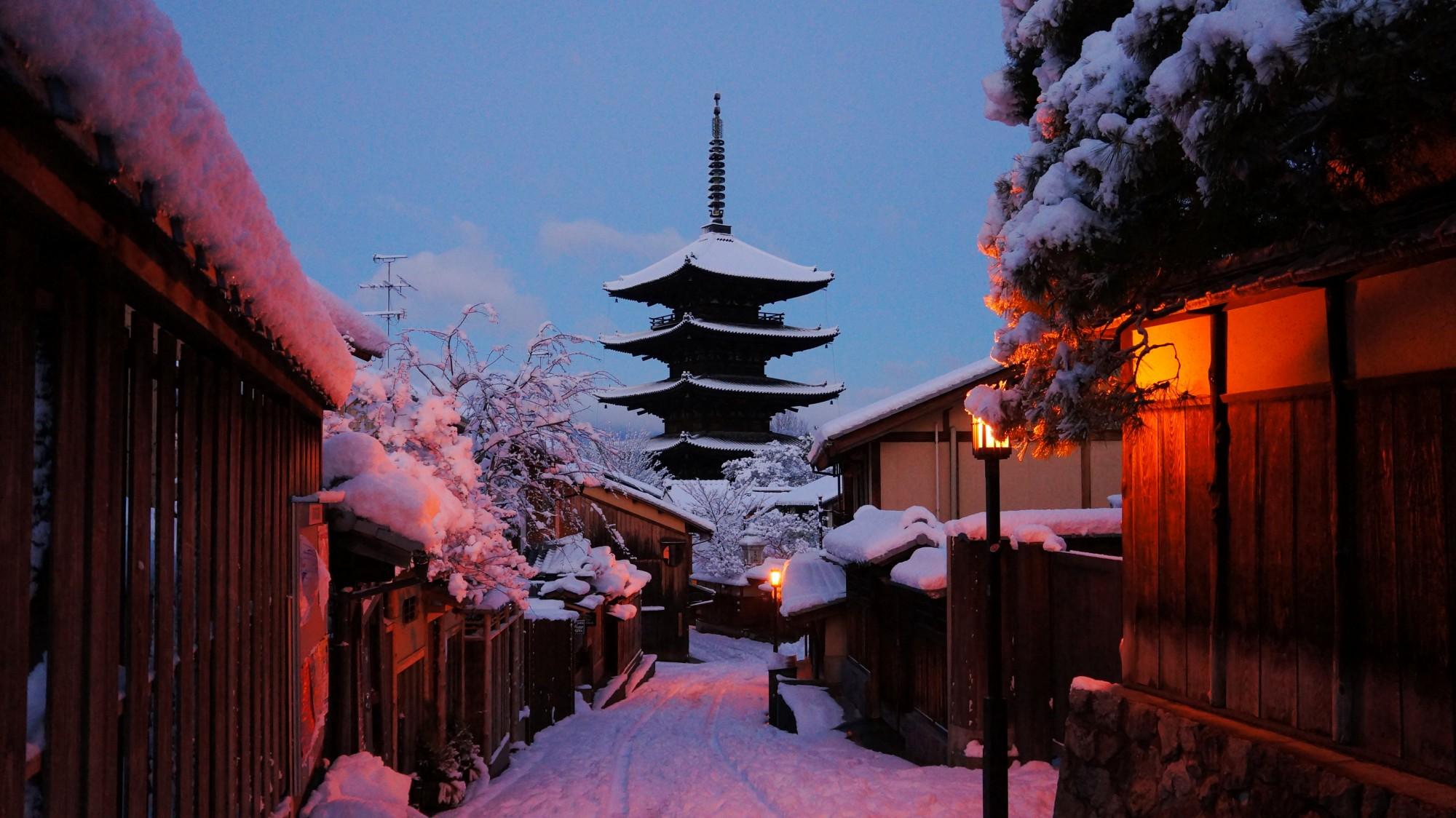 八坂の塔 雪 祇園に佇む五重塔の冬景色