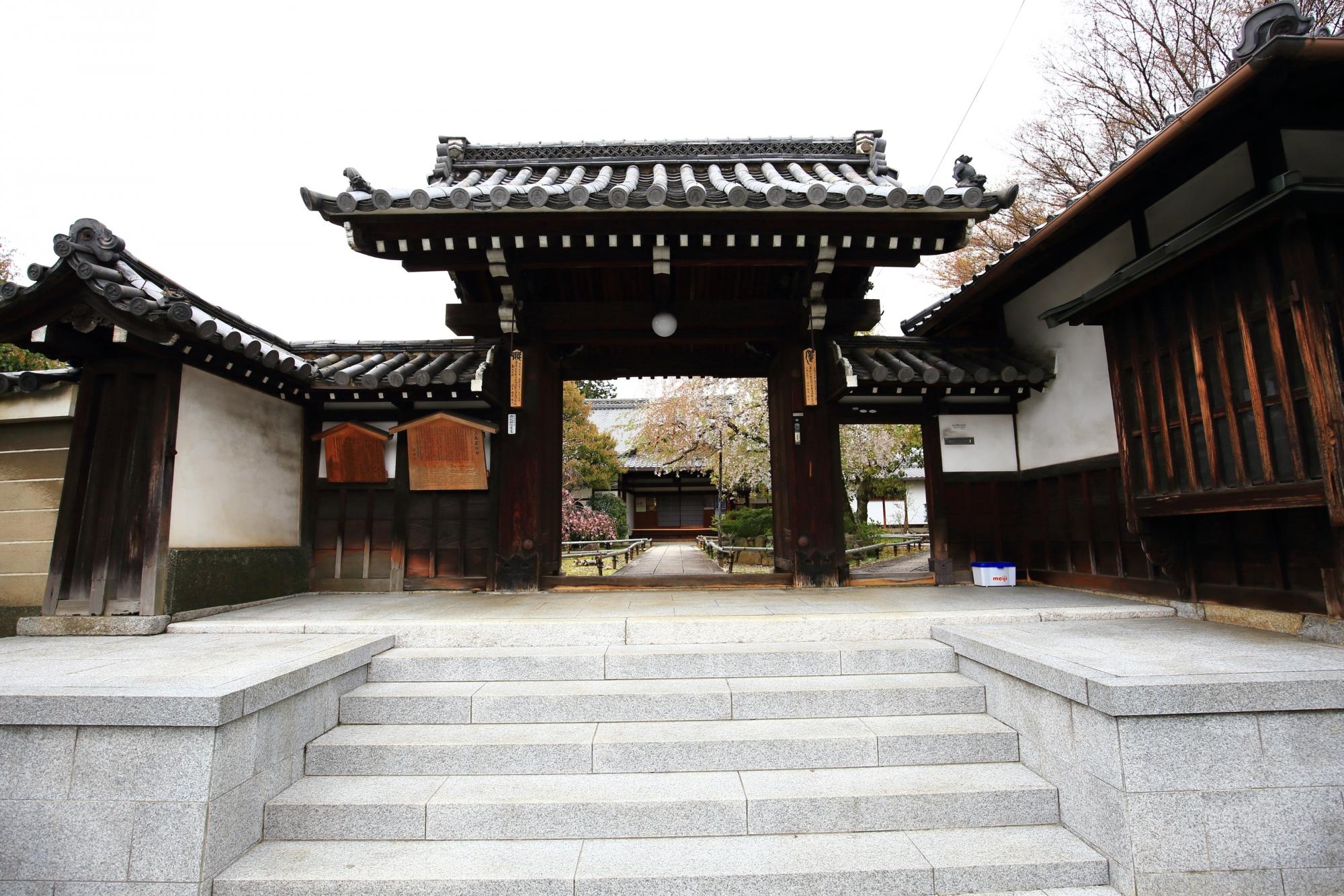 街中にある上品蓮台寺の山門