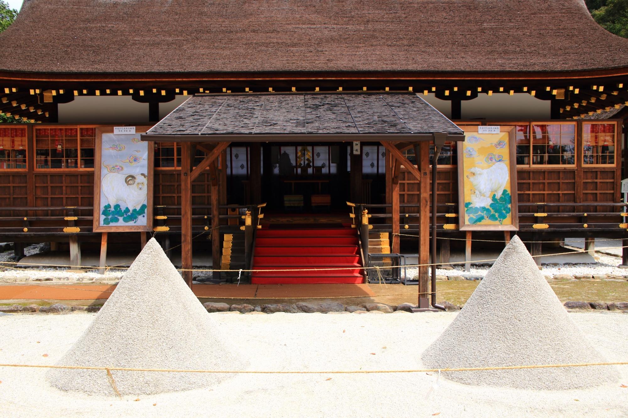 細殿前の砂を盛った立砂