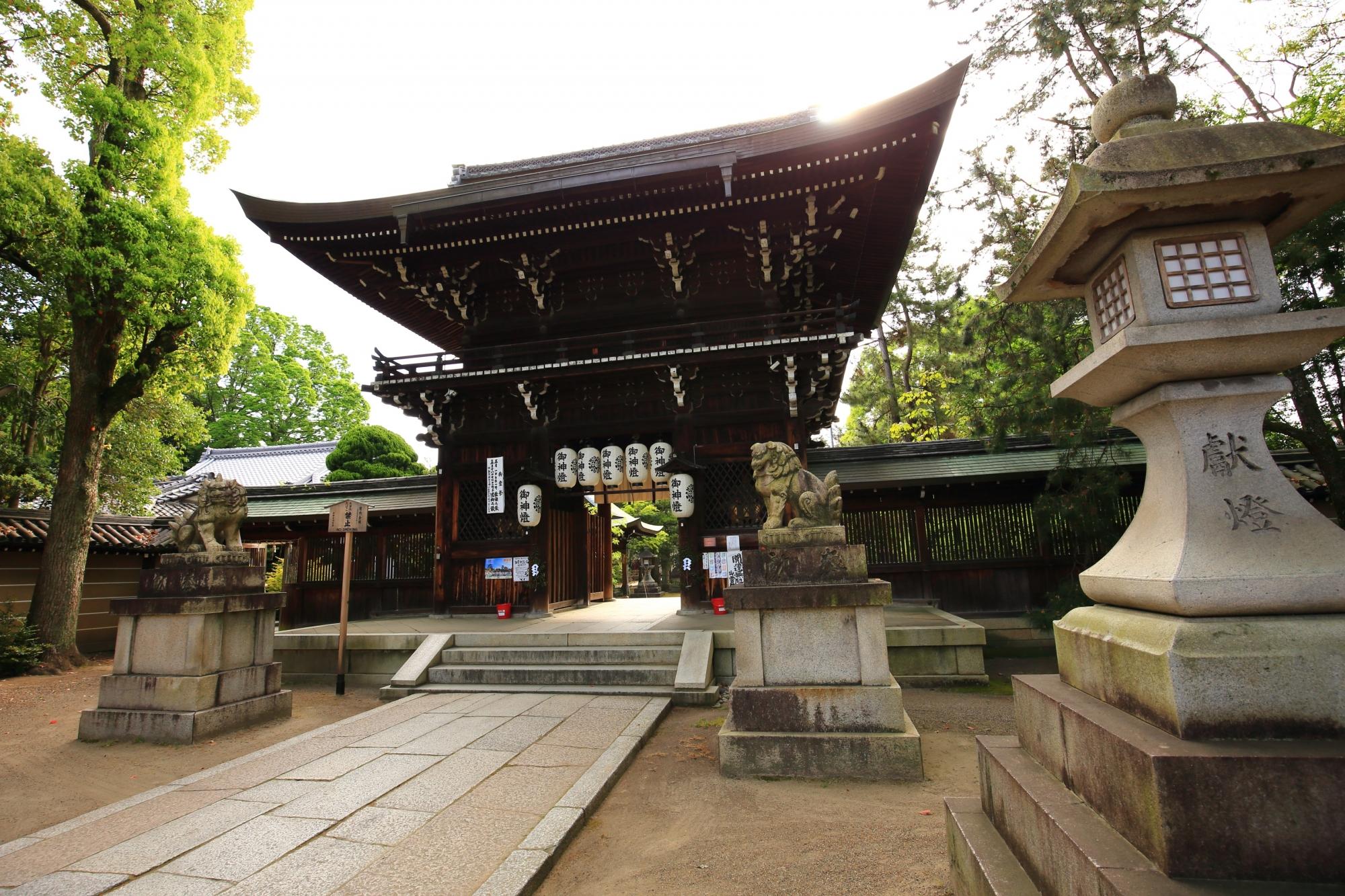 厳かな雰囲気の中に佇む上御霊神社の西楼門