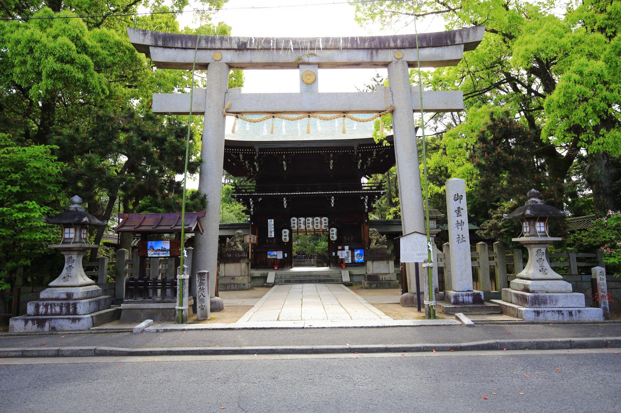 深い緑につつまれる上御霊神社の鳥居と西門