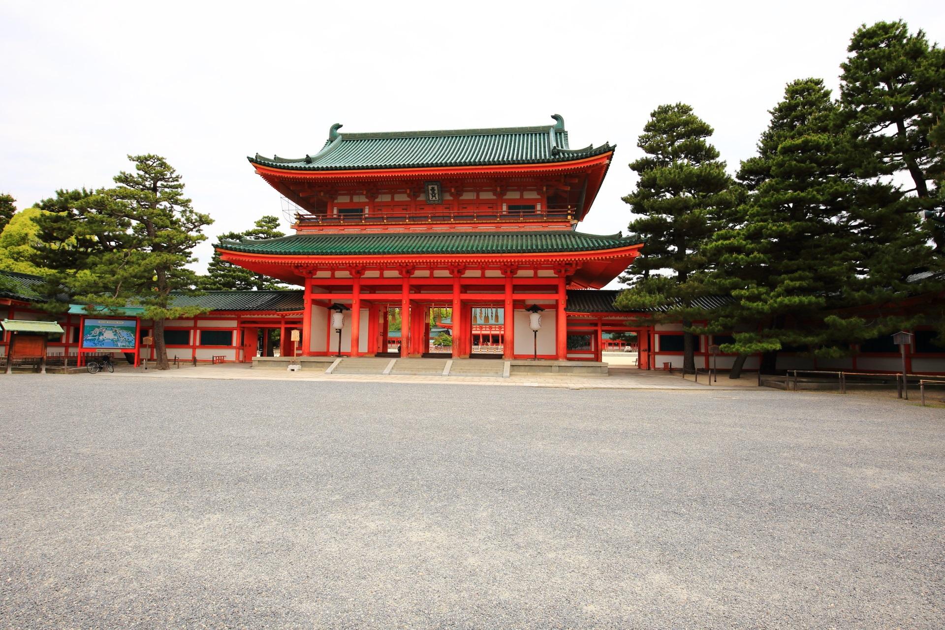 雄大で鮮やかな色合いの平安神宮の応天門