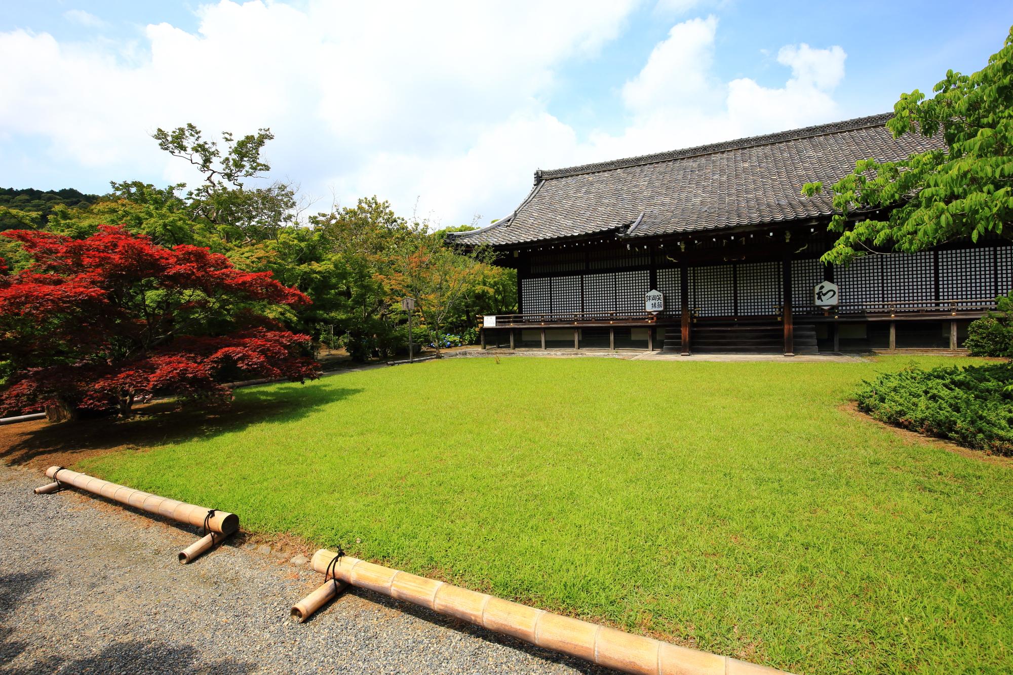 綺麗な緑の芝生の前にある宸殿