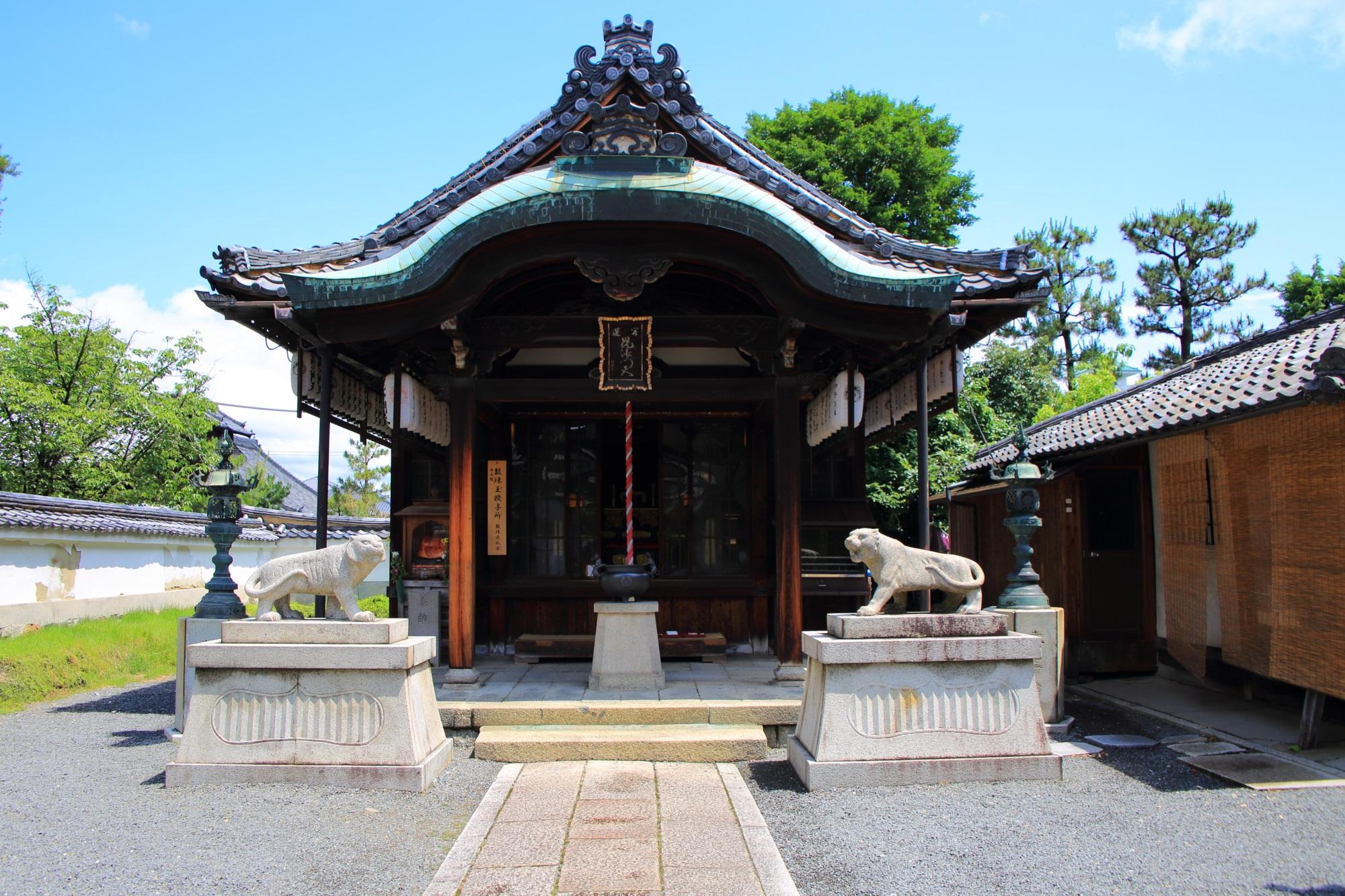 両足院の狛虎が構える毘沙門天