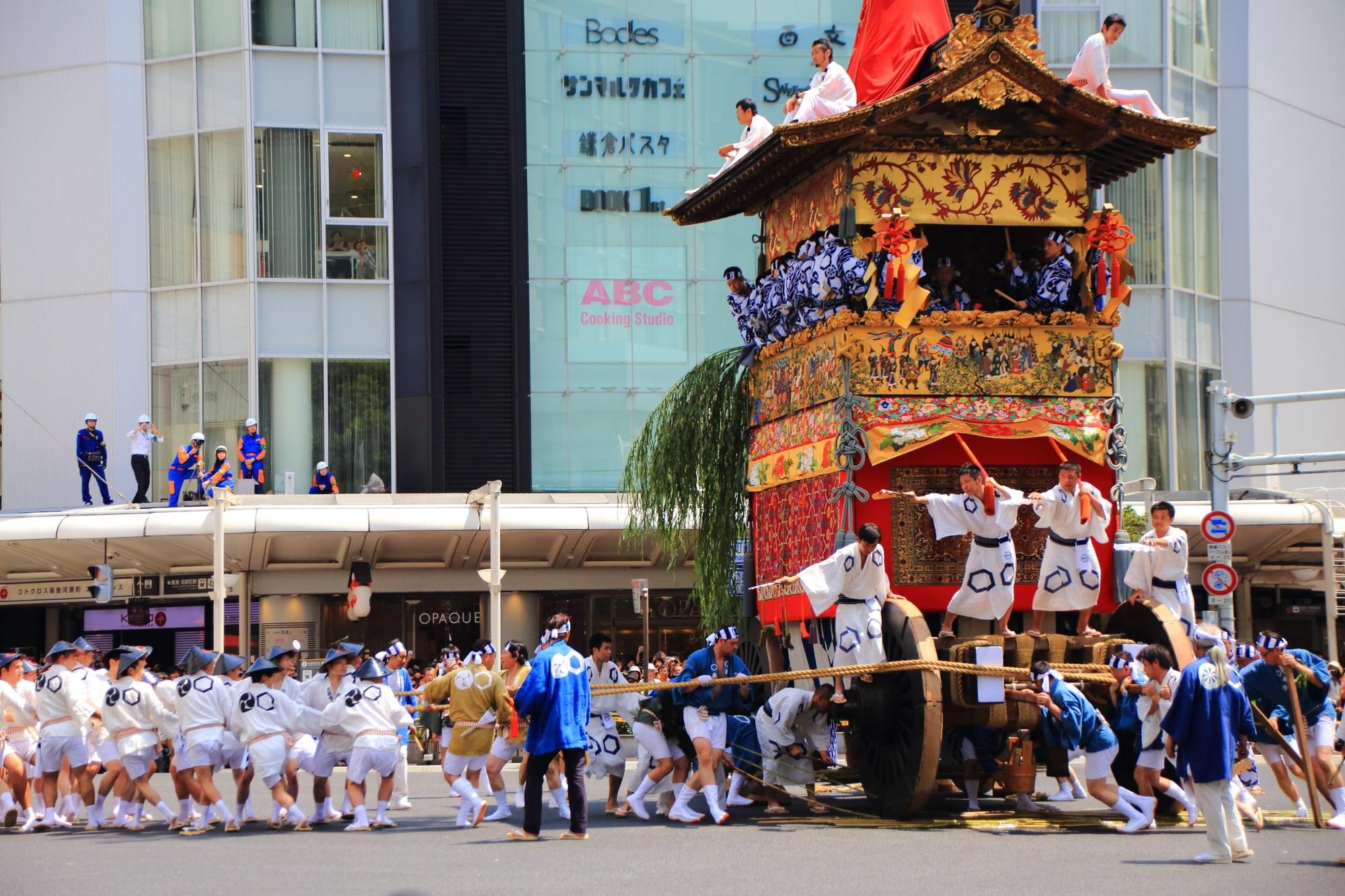 京都祇園祭後祭の山鉾巡行の北観音山(きたかんのんやま)の辻回し