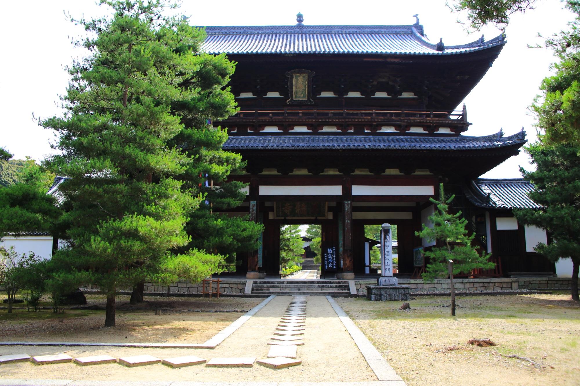 黄檗山萬福寺の雄大な造りの三門