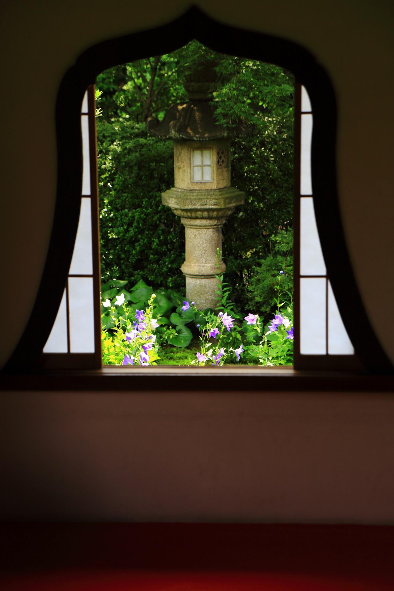 天得院の華頭窓から見える灯籠と桔梗