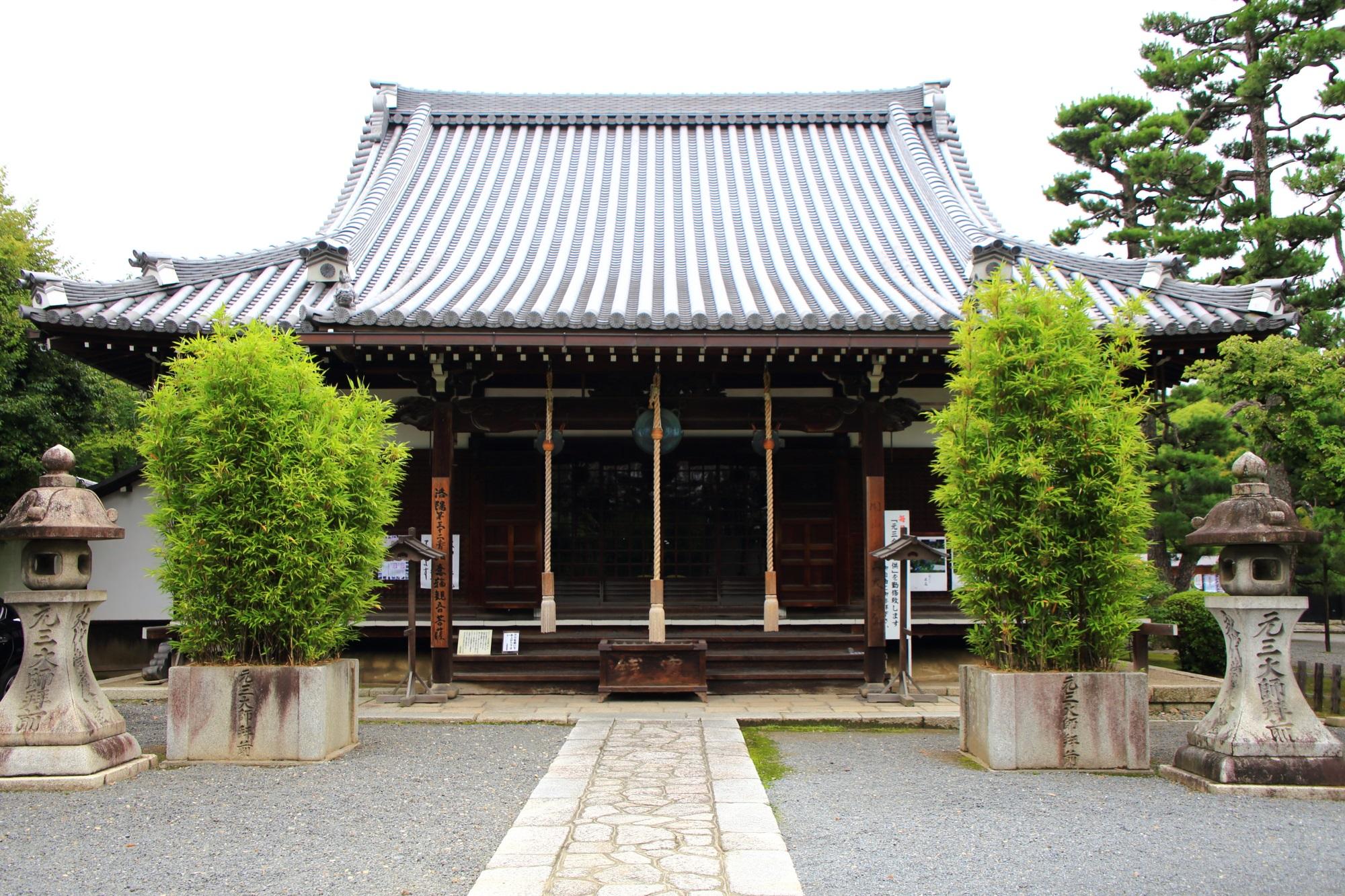 美しい緑がそえられた廬山寺の雄大な大師堂