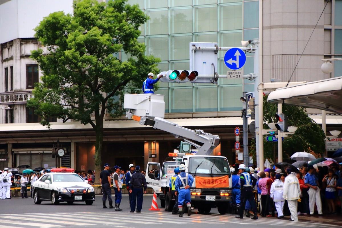 祇園祭の山鉾巡行の際の信号機折りたたみ