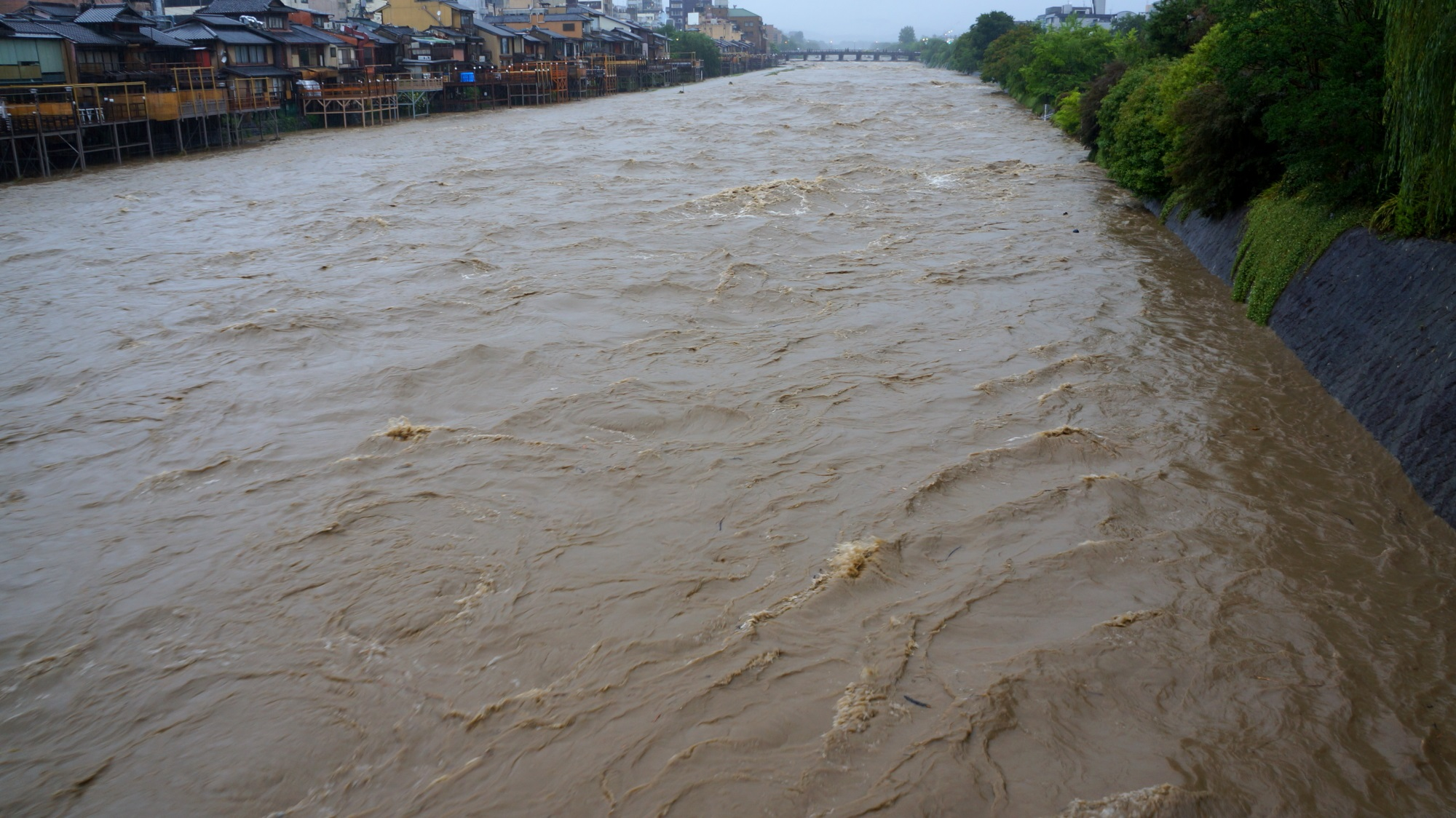 2015年7月18日の四条大橋から眺めた上流の三条大橋方面の増水した鴨川