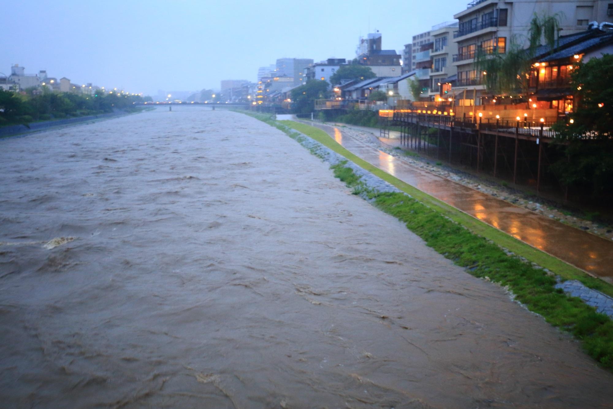 みそそぎ川との間の河川敷はまだ辛うじて残っている鴨川