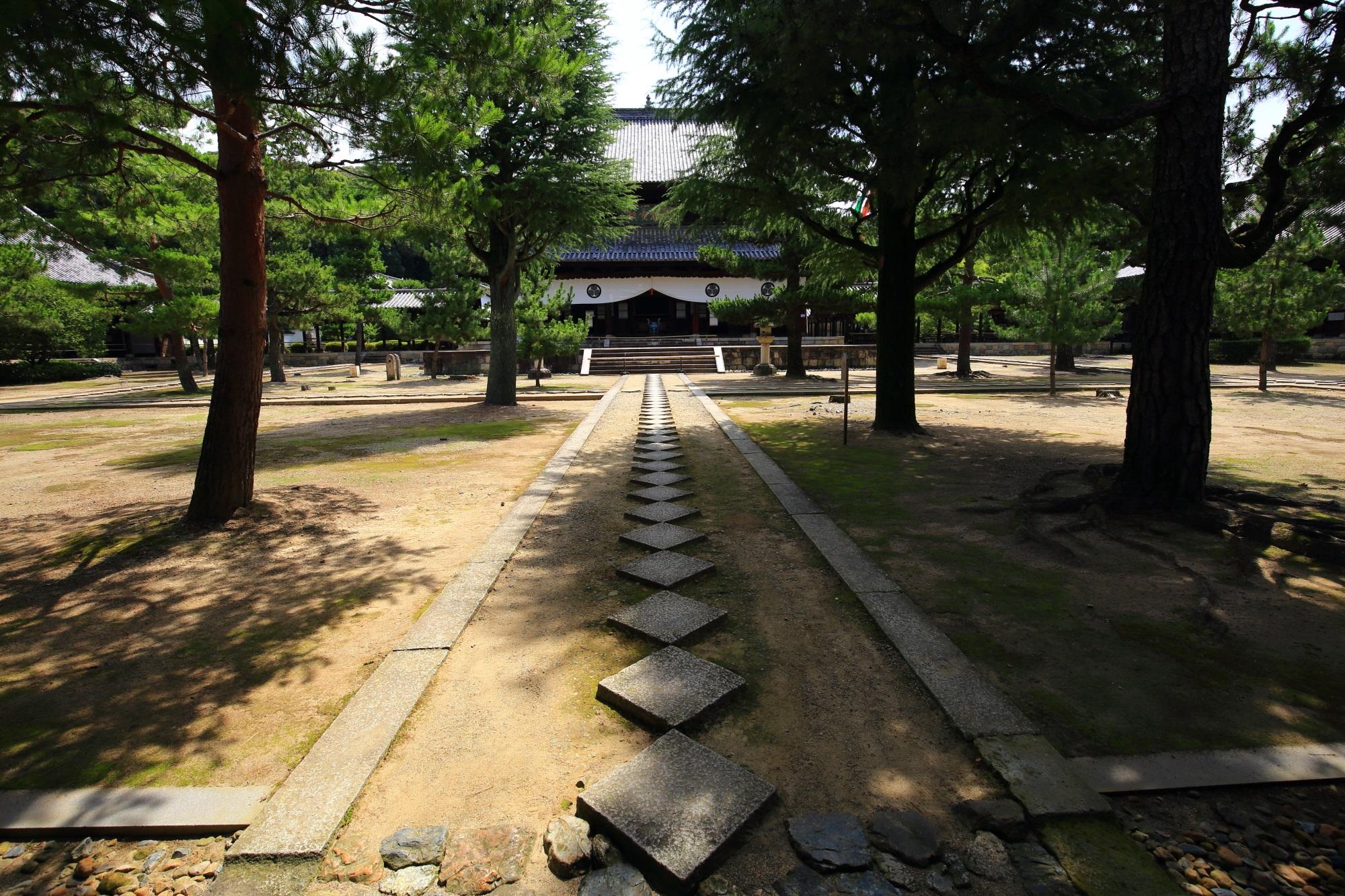 萬福寺の大雄宝殿(本堂)とひし形の飛び石の参道