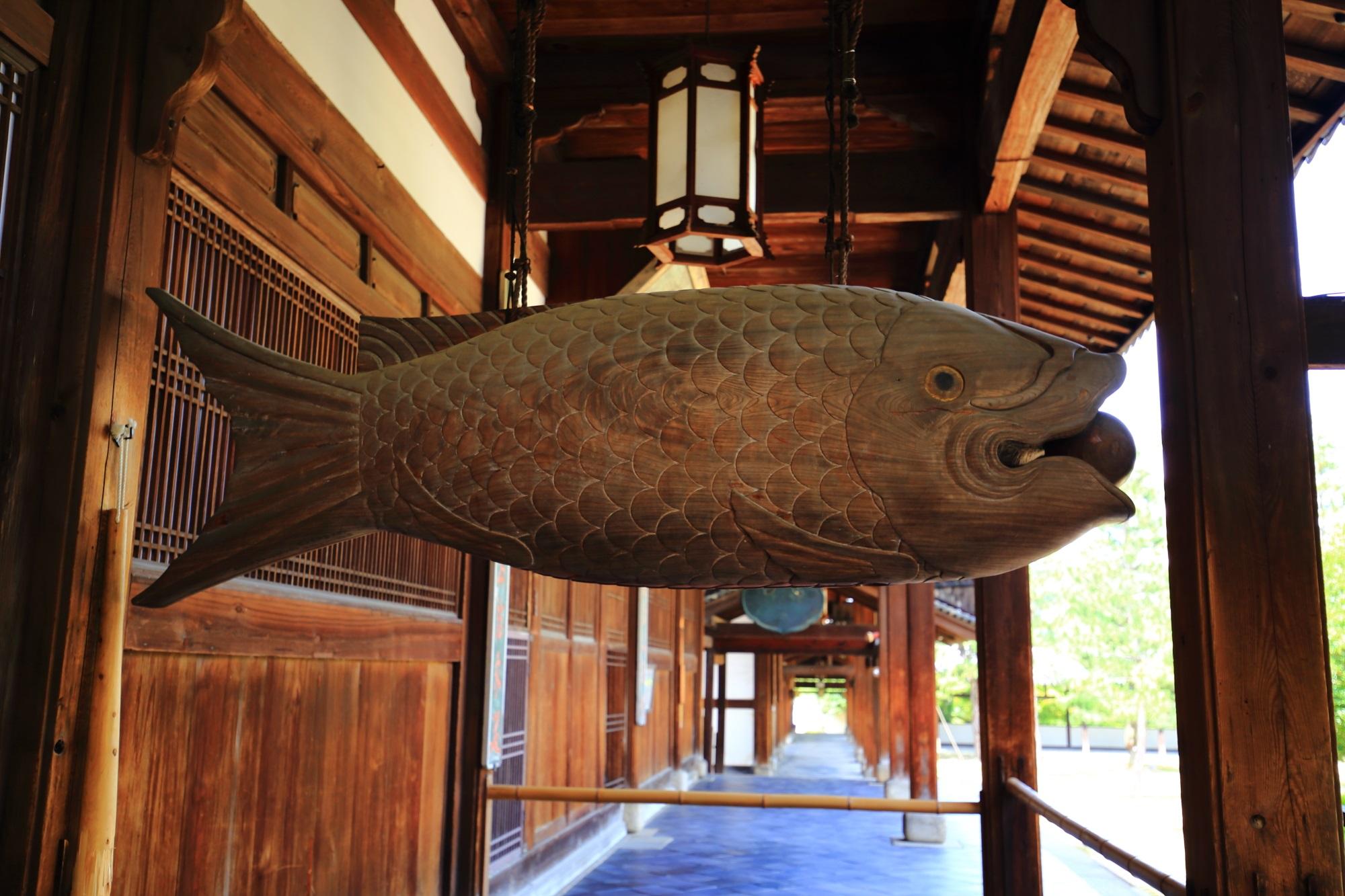 萬福寺を代表する魚の形をした開版(かいぱん)