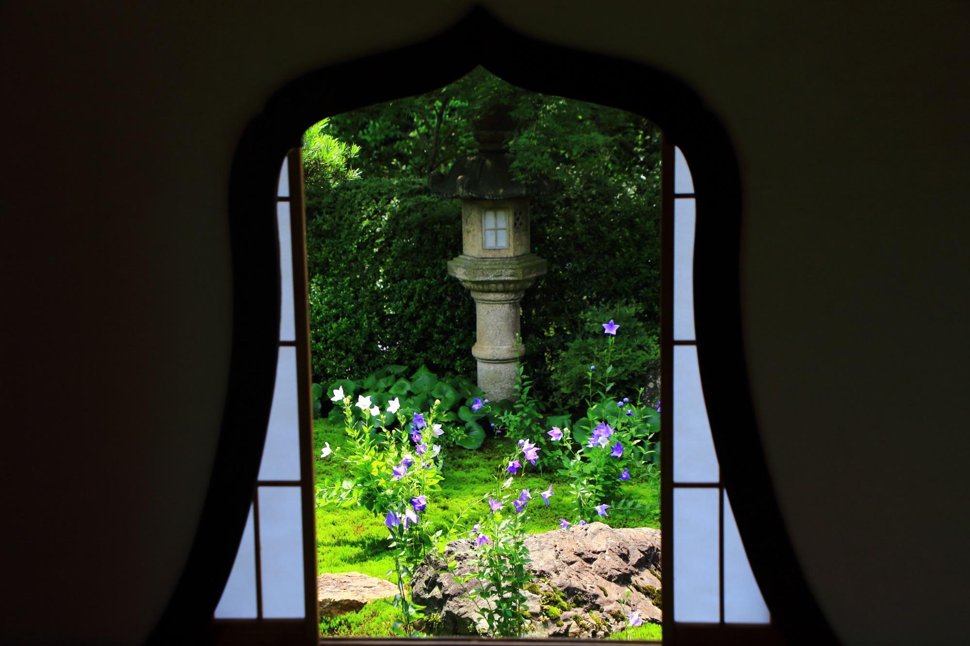 東福寺天得院の花を逆さまにした変わった形の「華頭窓」