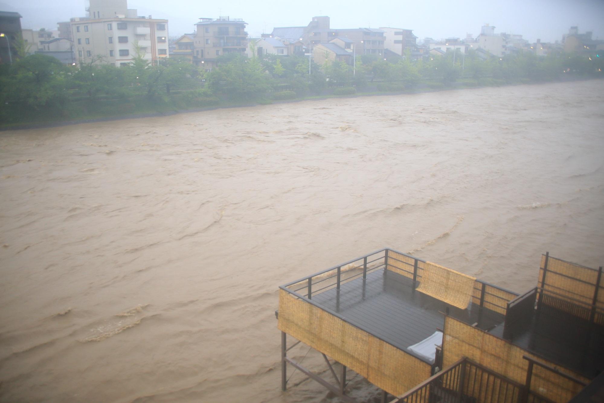 高画質 写真 鴨川 増水