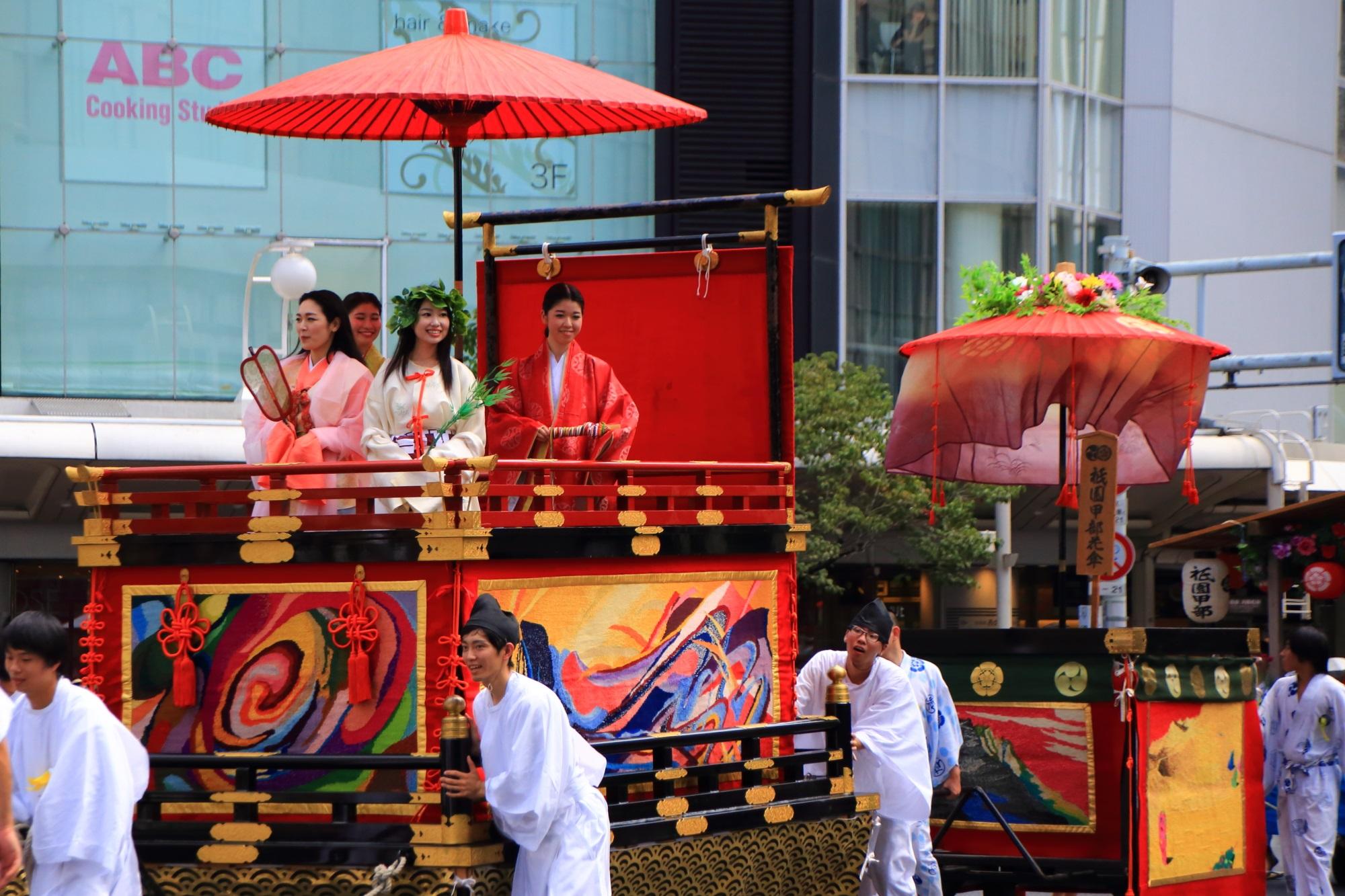 祇園祭の花傘巡行の織商鉾