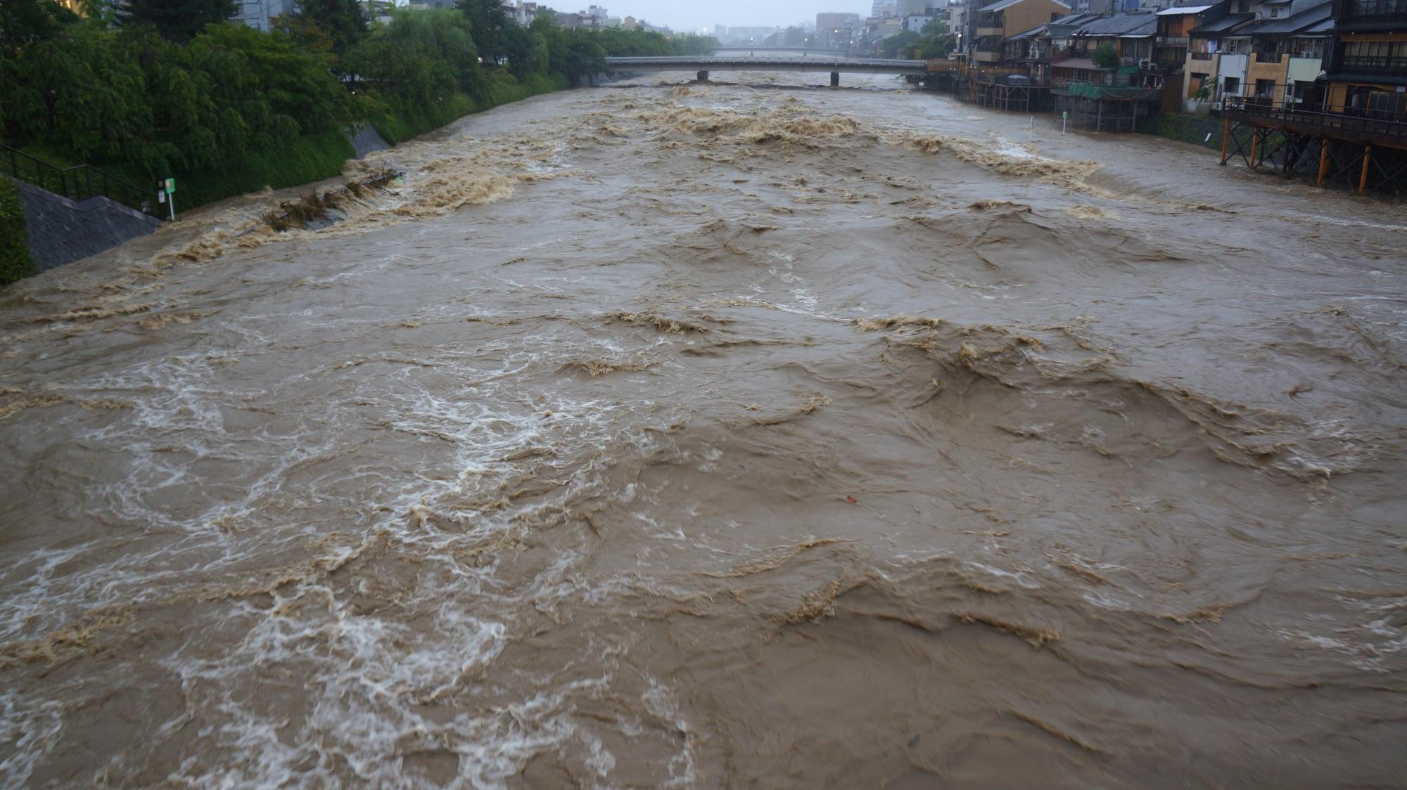 四条大橋から眺めた下流の団栗橋方面の増水した鴨川