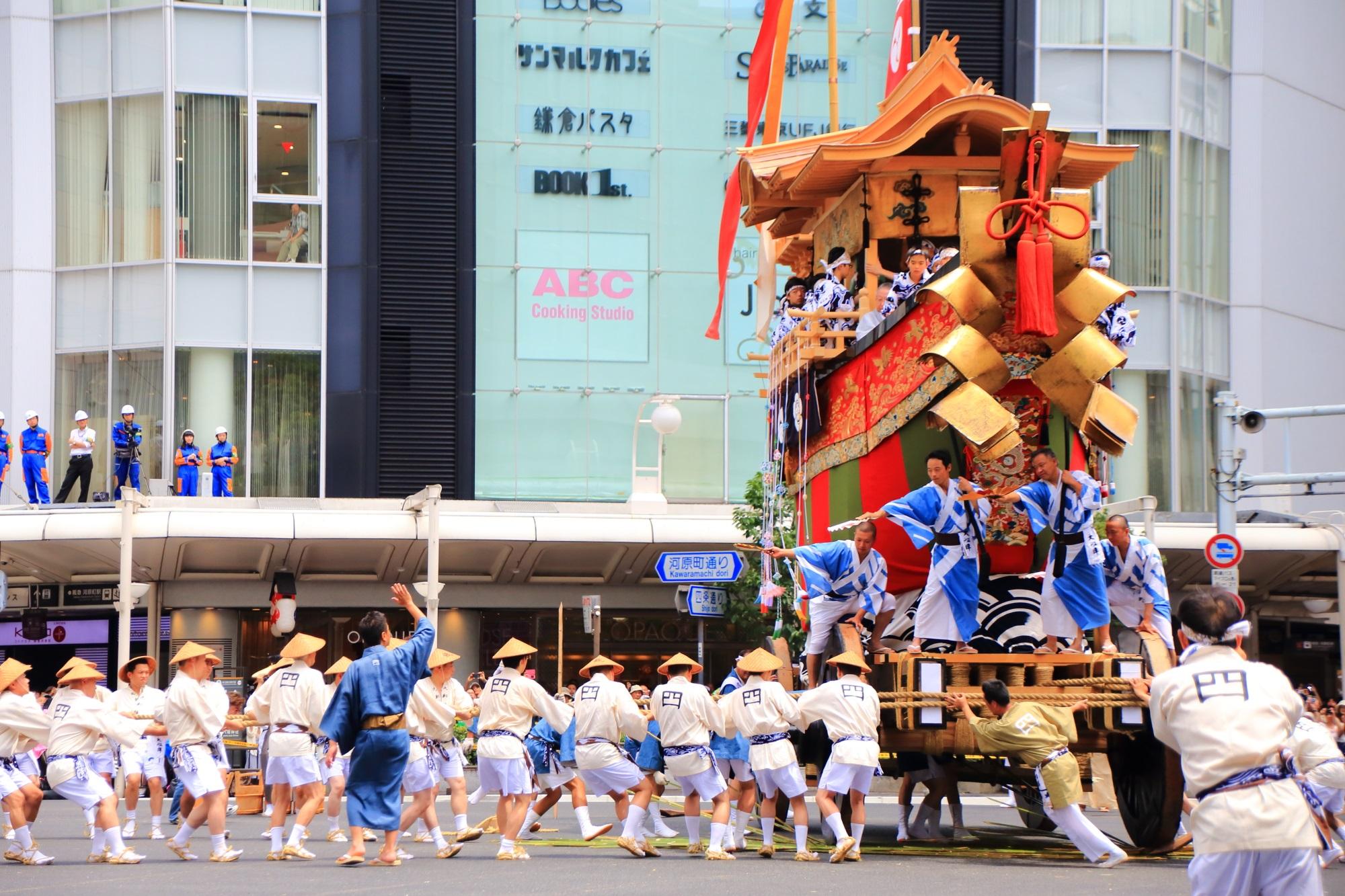 京都祇園祭後祭の山鉾巡行の大船鉾(おおふねほこ)の辻回し