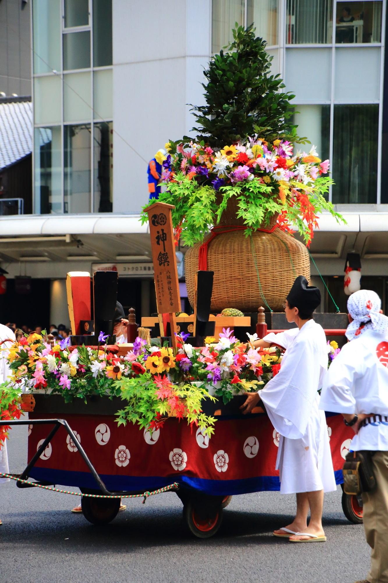 祇園祭の花傘巡行の神饌花車