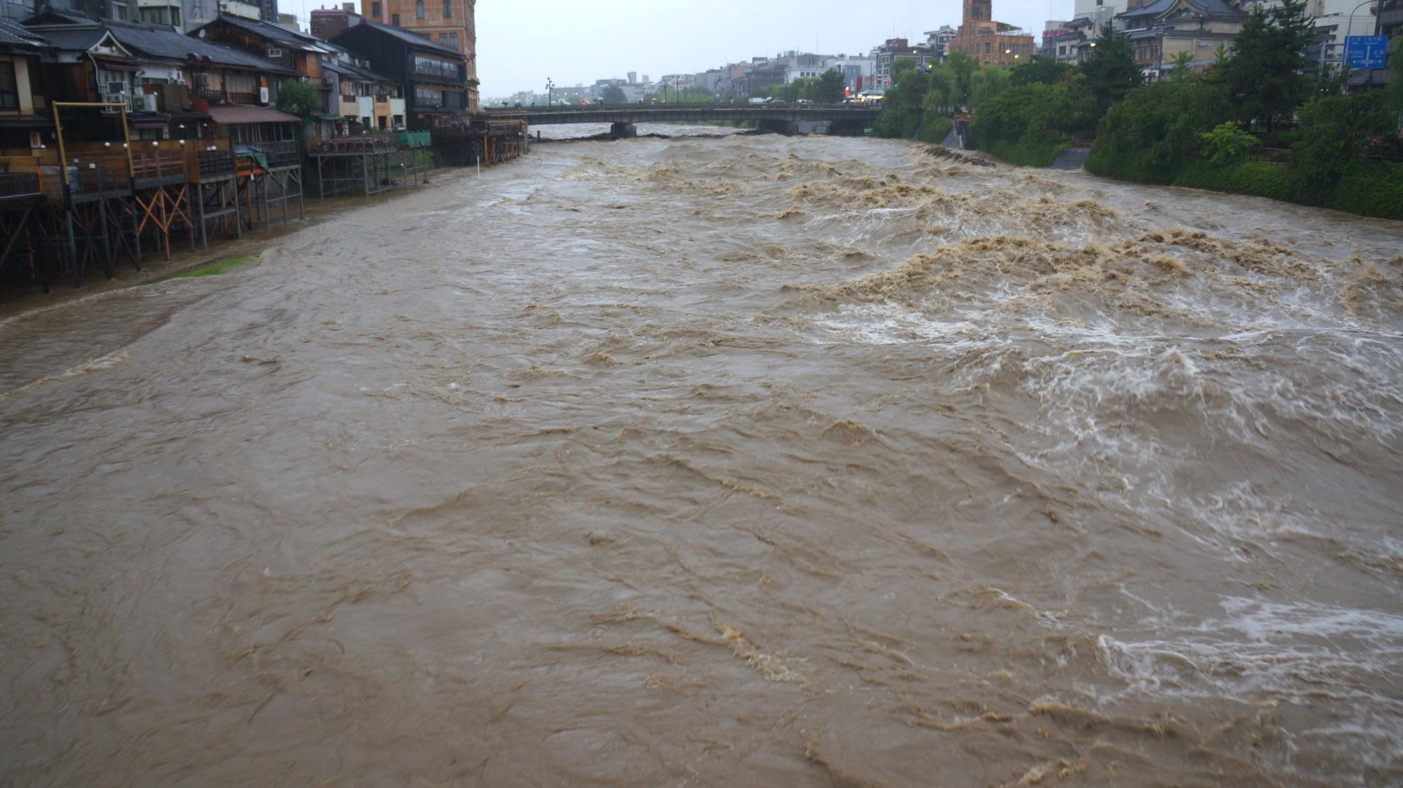 団栗橋から眺めた上流の四条大橋方面の2015年の増水した鴨川