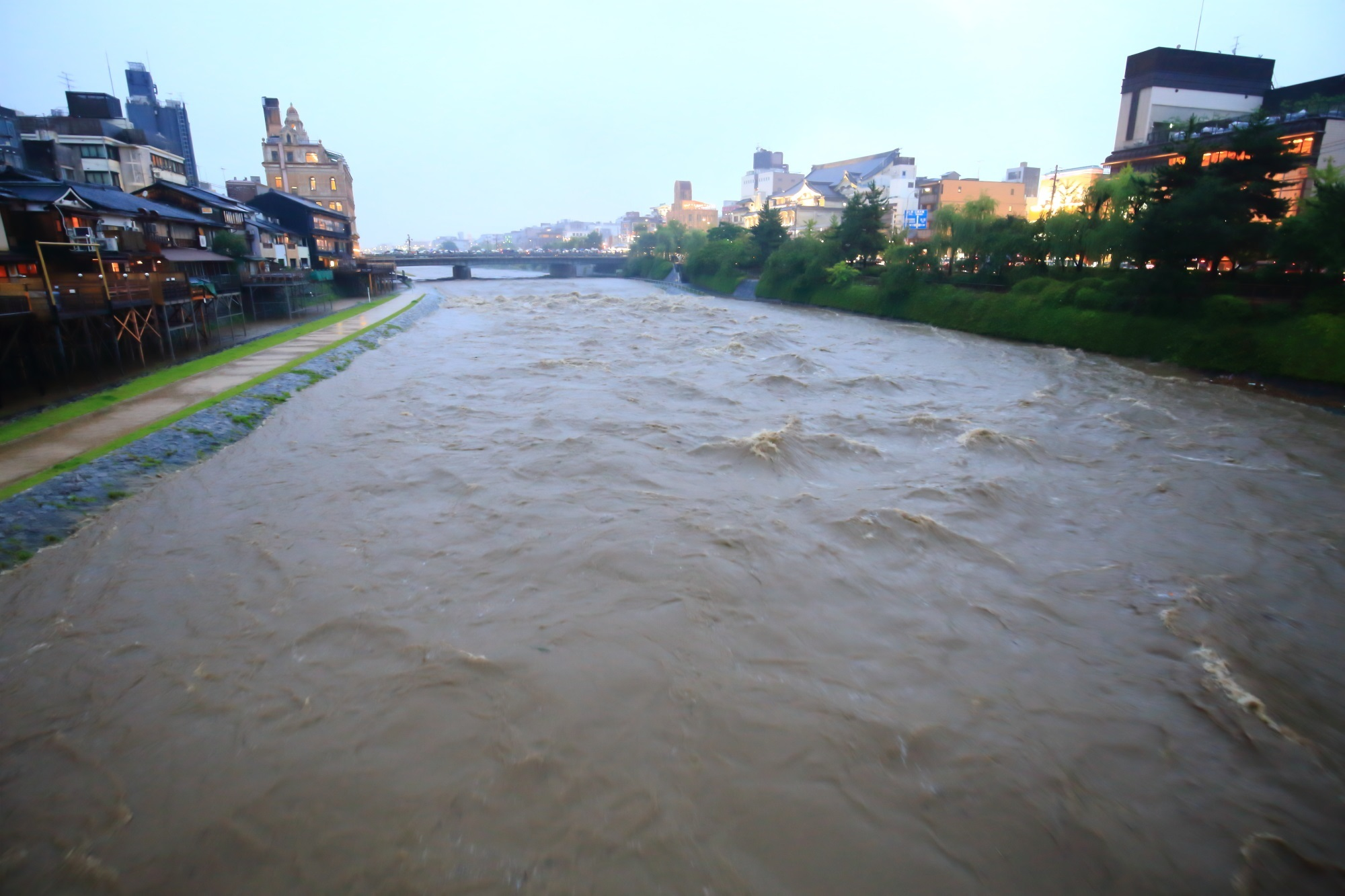 団栗橋から眺めた四条大橋方面の2015年の台風11号の大雨で増水した鴨川