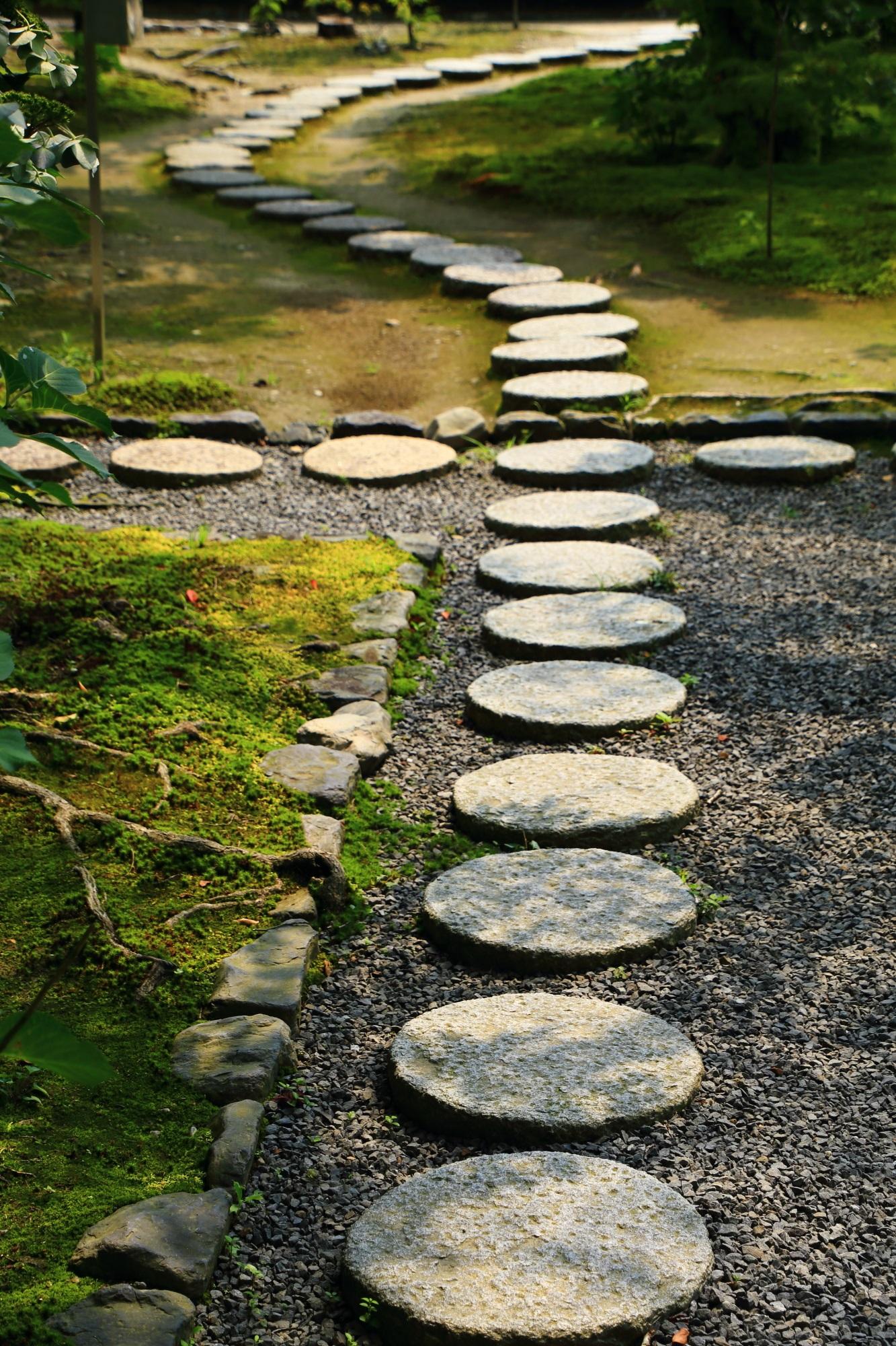 光と影に演出される勧修寺の風情ある丸い飛び石の参道