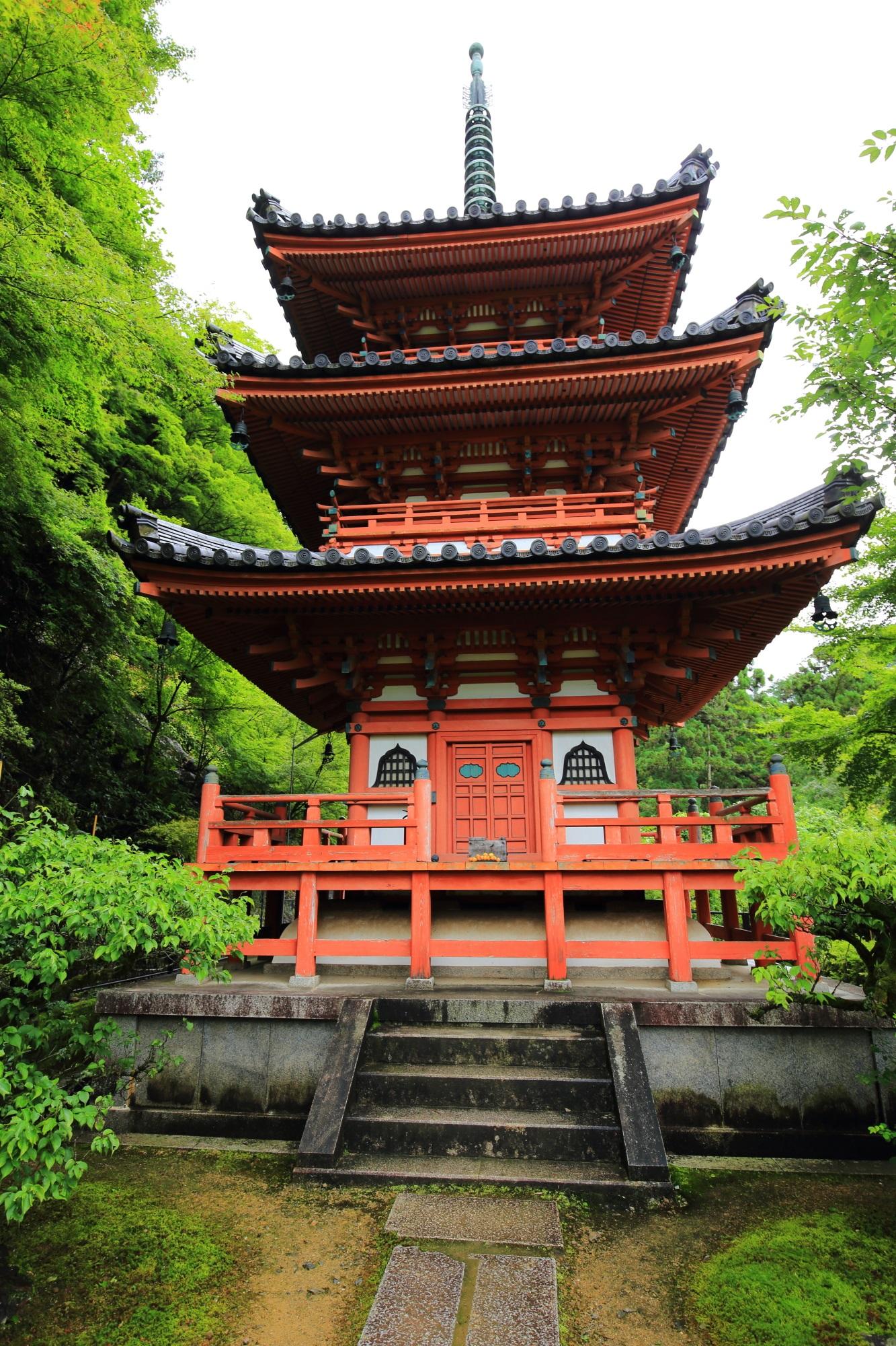 本堂の右奥にある朱色に彩られた三室戸寺の三重塔