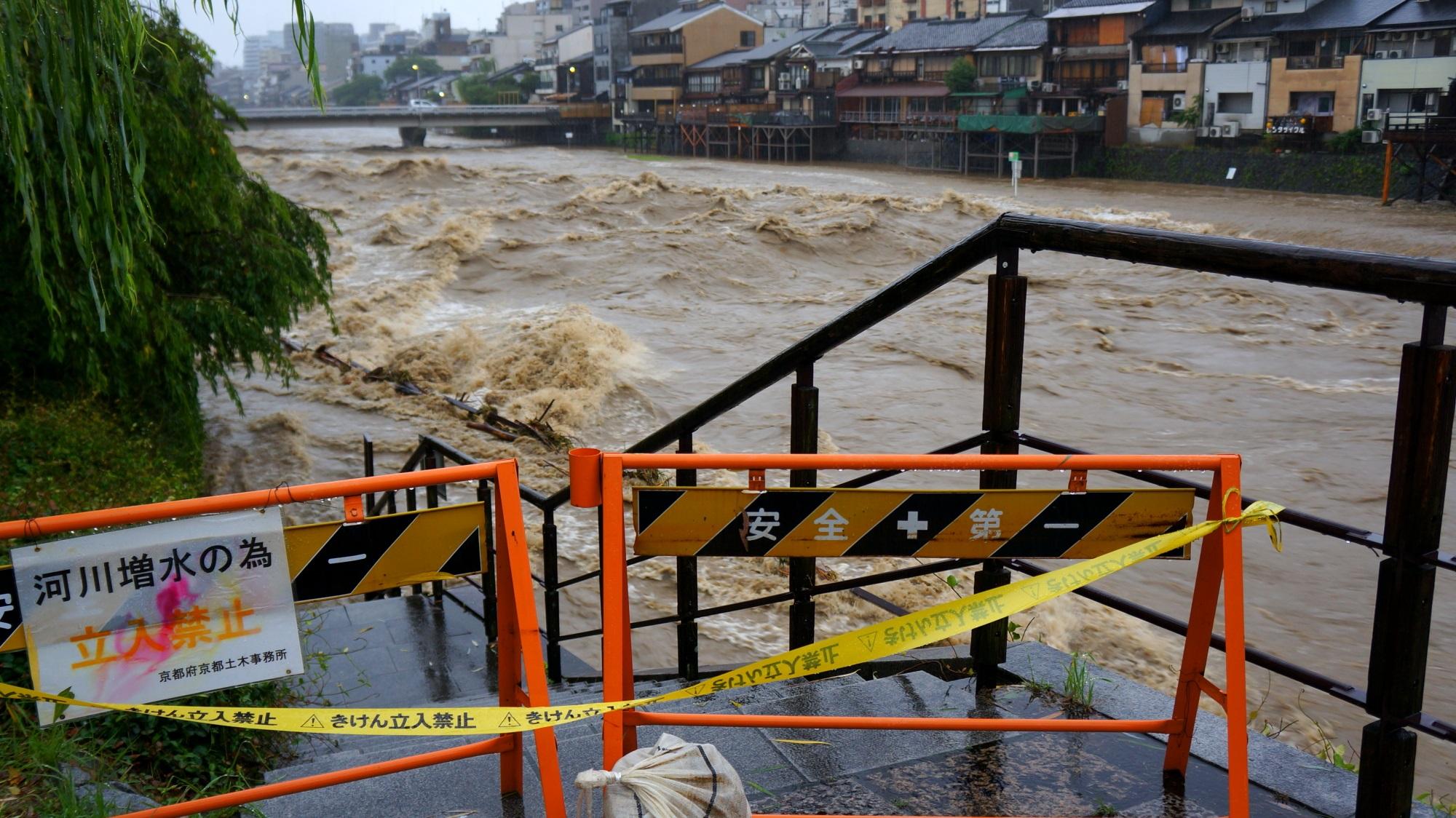 危険なため下りられなくなっている2015年の台風の大雨で増水した鴨川
