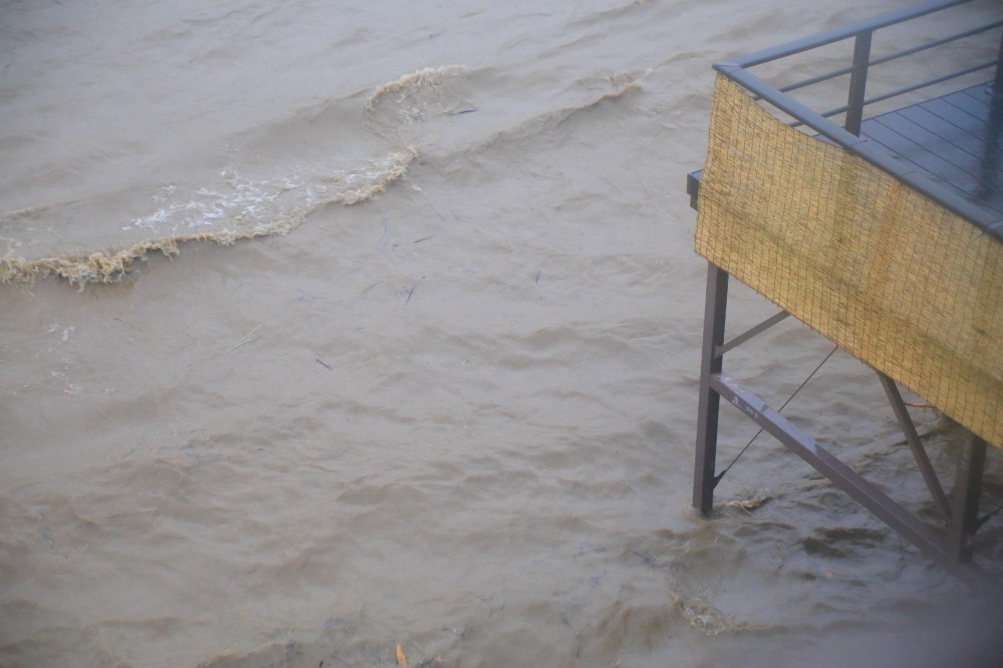 鴨川が増水して水に浸かりそうな川床