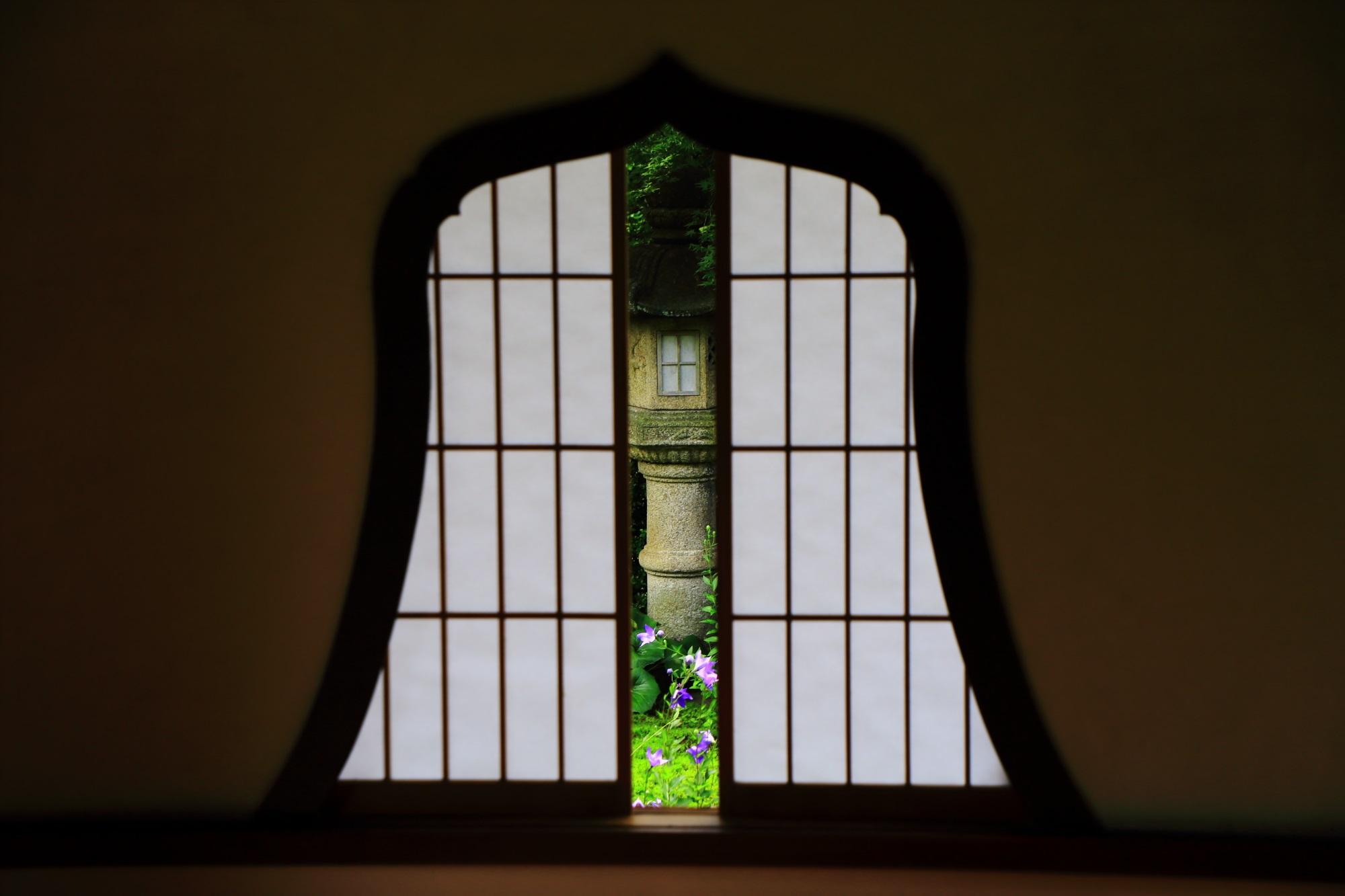 天得院の障子を閉めて趣きが変わった華頭窓