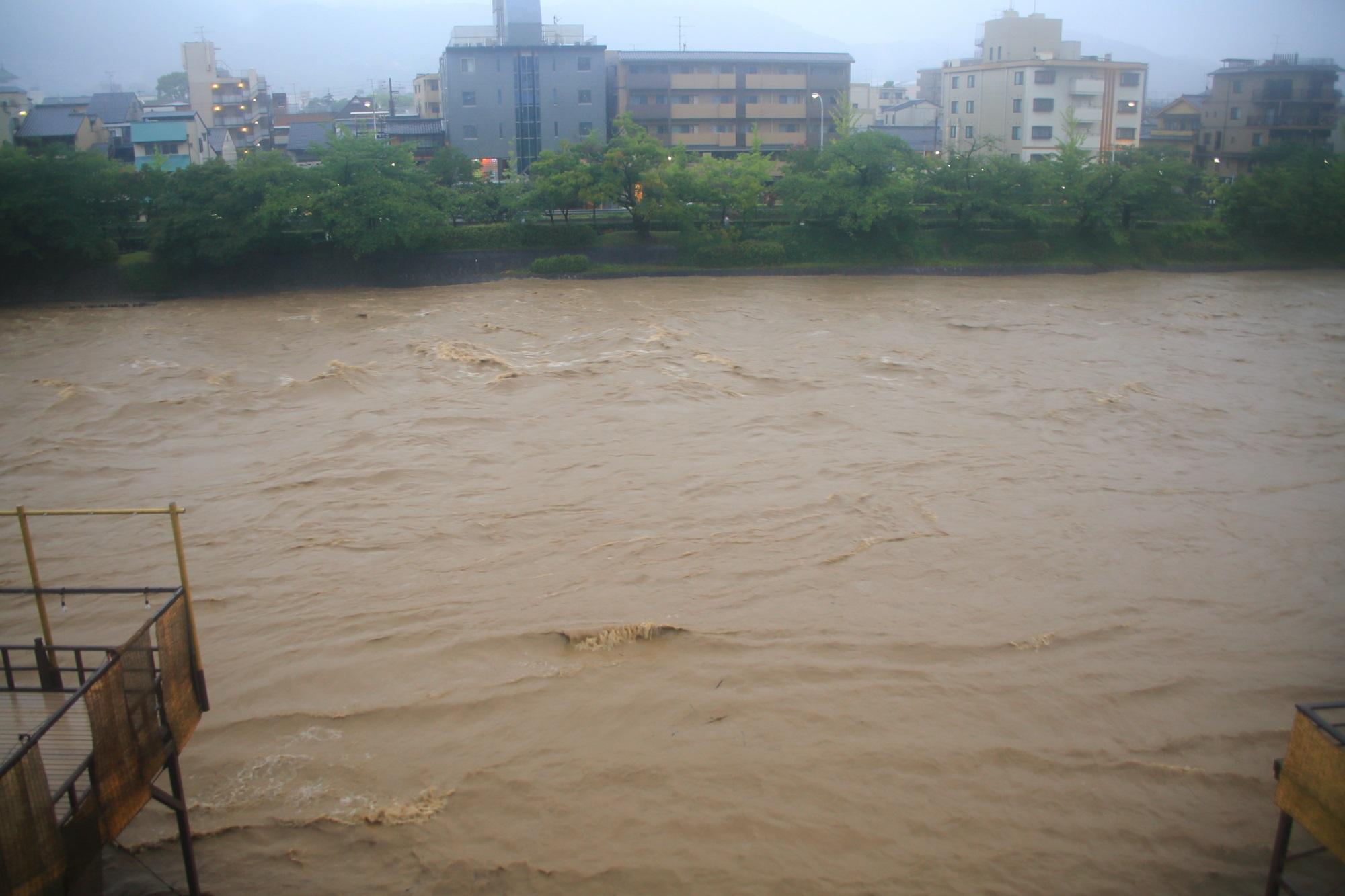 夜中も大雨が降り続け朝になると水が溢れそうになっている鴨川