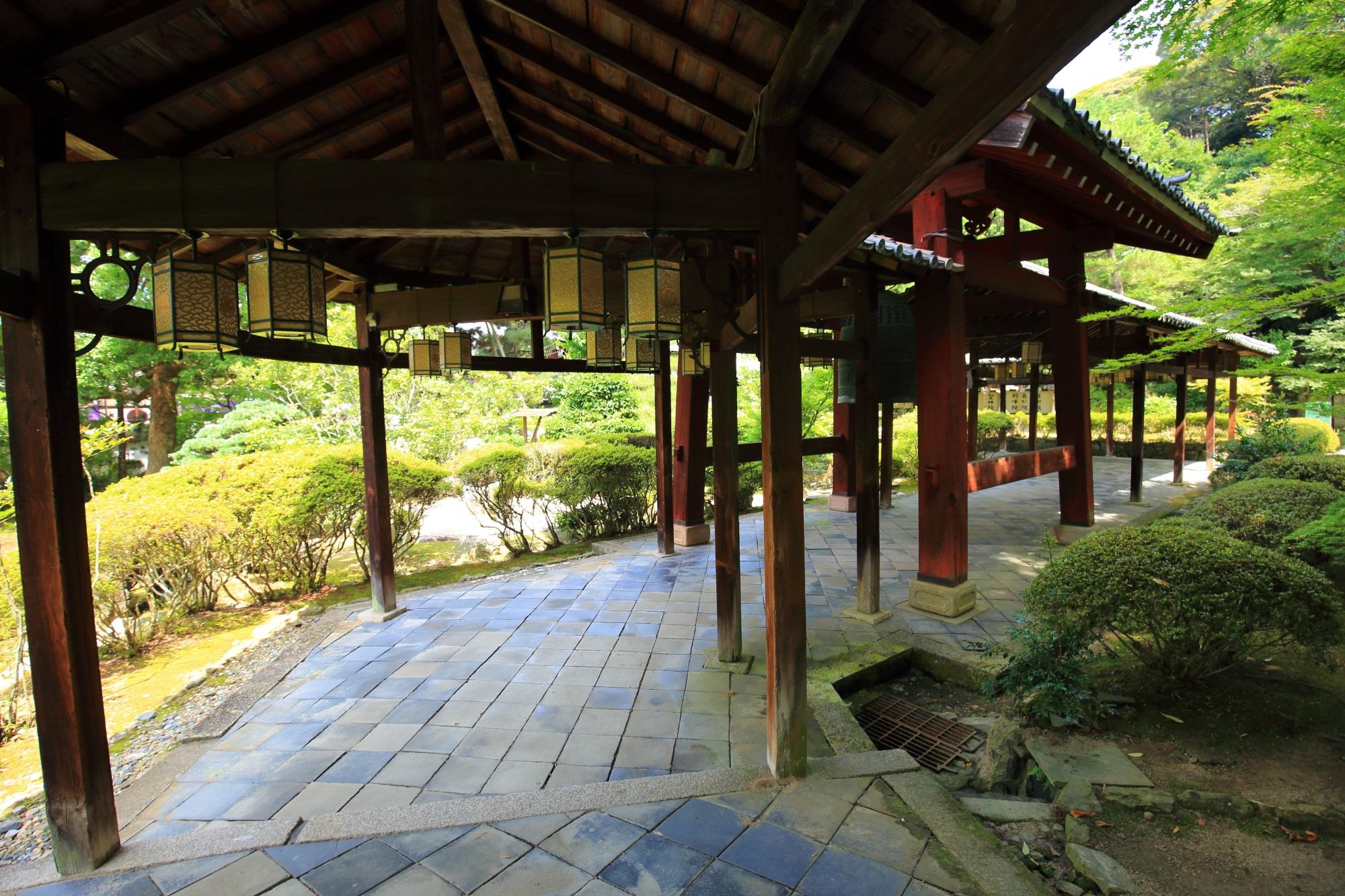 萬福寺の長い回廊を演出する吊り灯篭