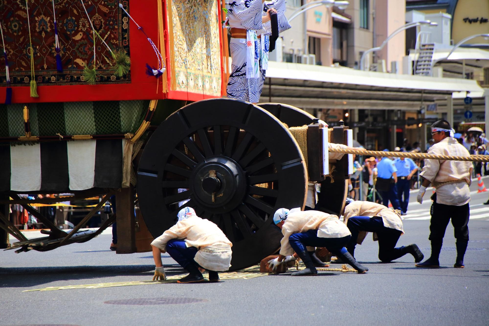 京都三大祭の一つの祇園祭後祭の山鉾巡行の南観音山(なみかんのんやま)の辻回し