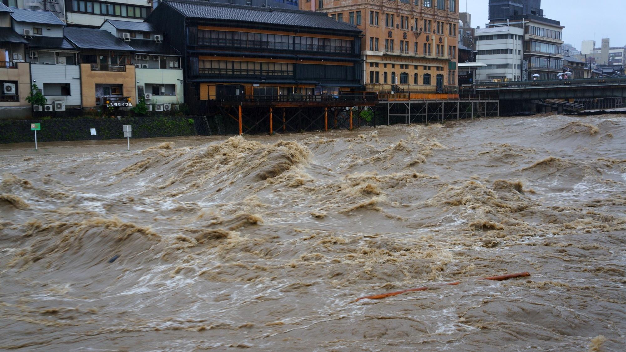 高画質 鴨川 増水 写真