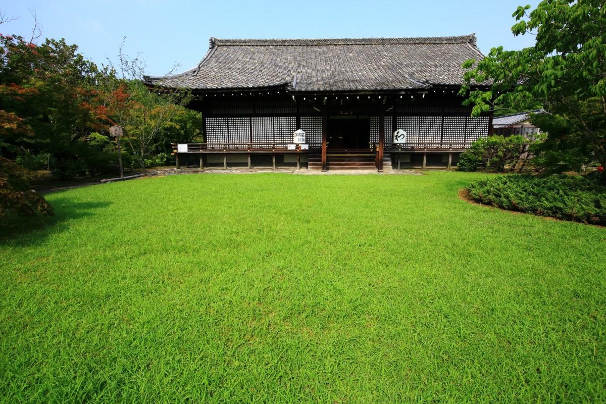 勧修寺の宸殿とその前に広がる美しい緑の芝生