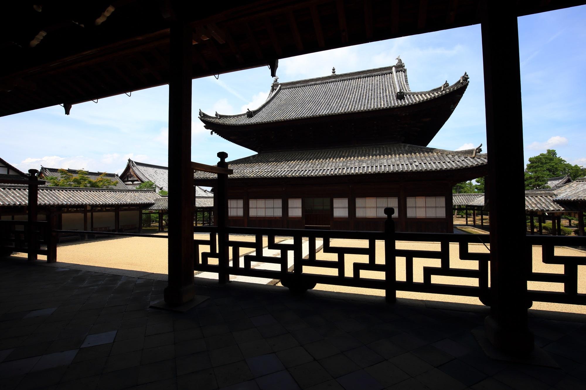 萬福寺の法堂から眺めた大雄宝殿と特徴的な形をした格子