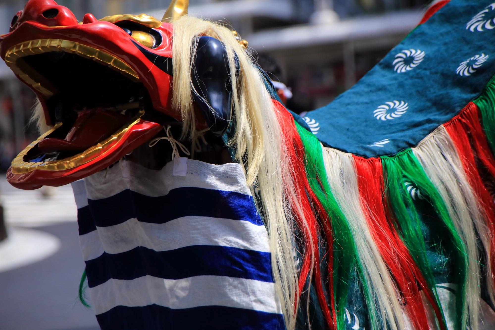 祇園祭の花傘巡行の祇園太鼓の獅子舞