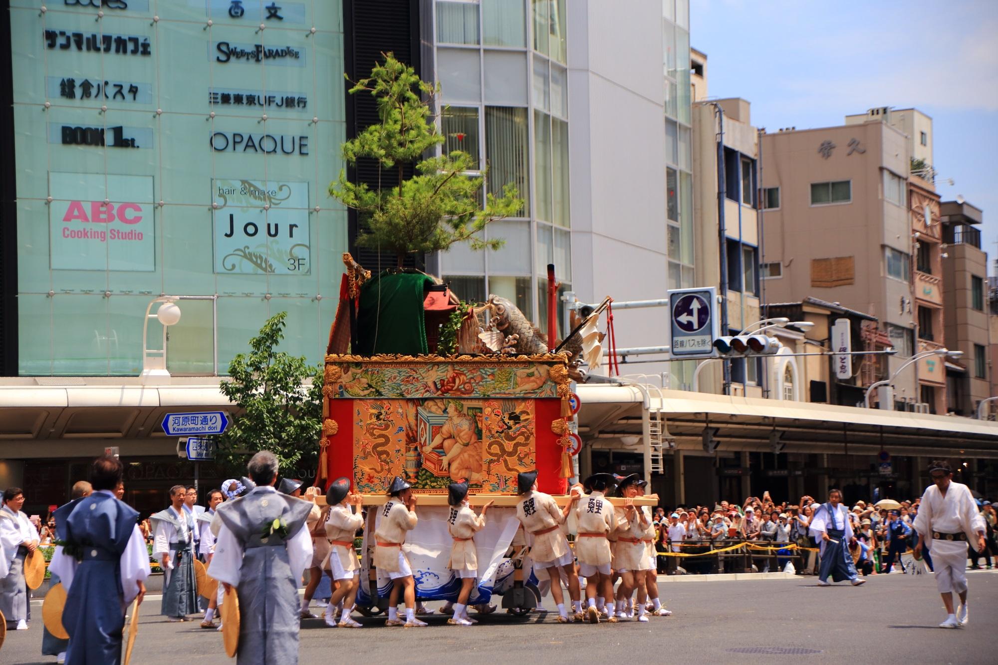 祇園祭後祭の山鉾巡行の鯉山(こいやま)