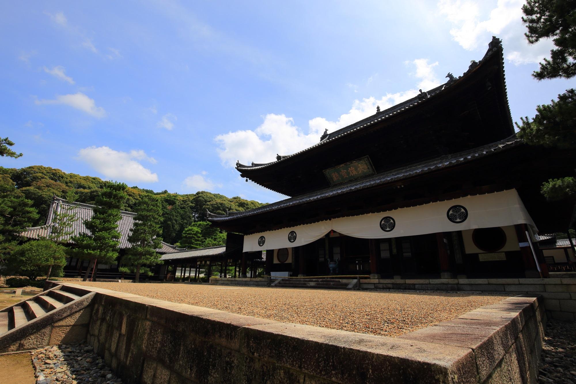 萬福寺の大雄宝殿前の高くなった砂庭