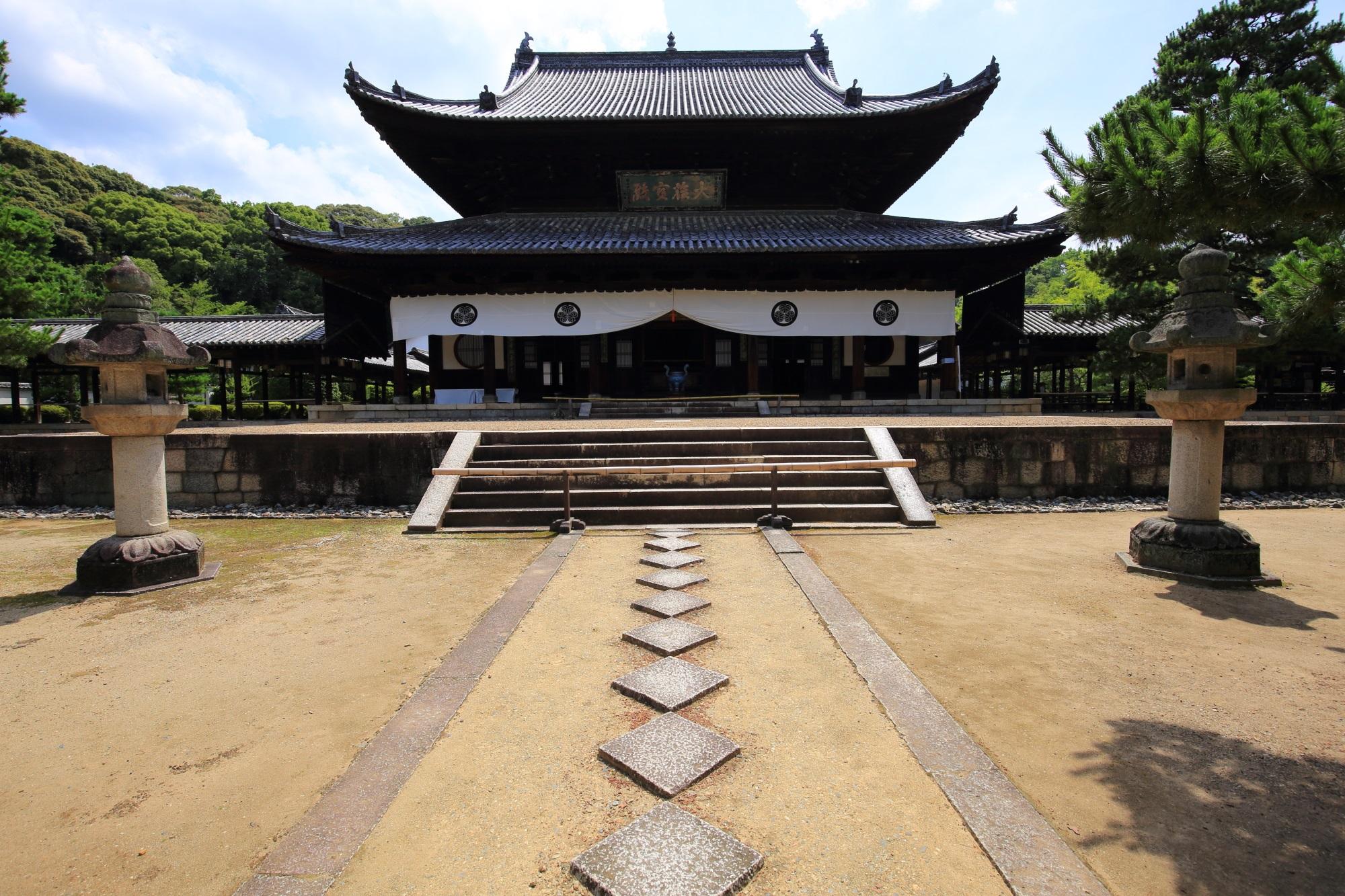 中国式の建物や中国風のお寺として知られる黄檗山萬福寺の見事な構えの大雄宝殿