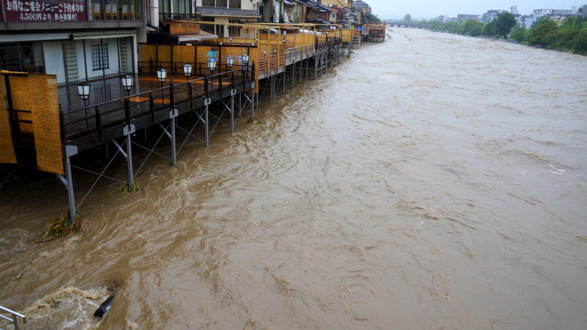床もピンチになる増水して危険な鴨川