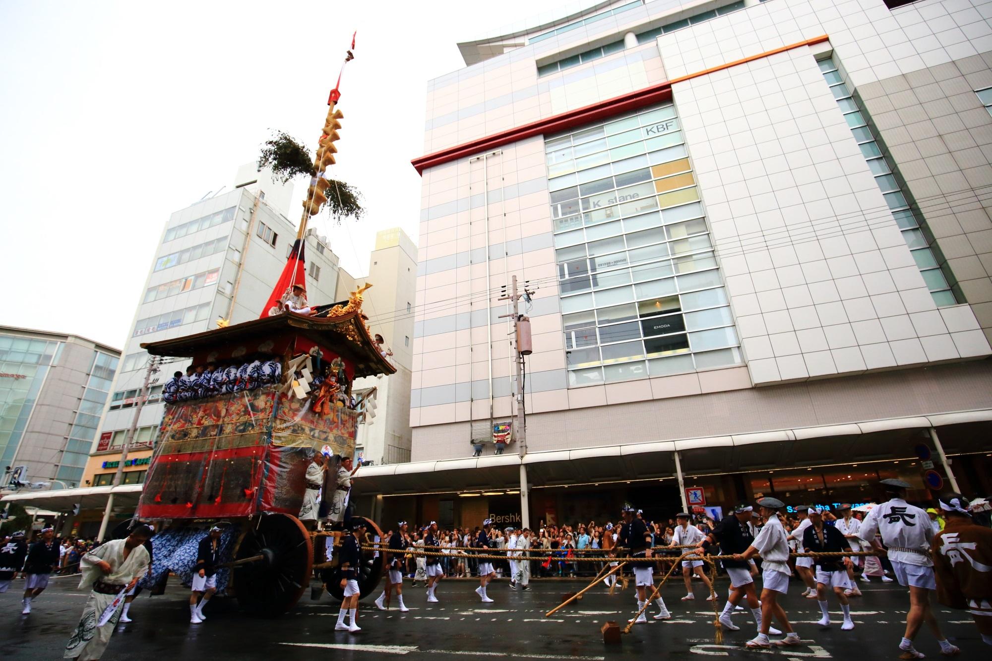 祇園祭山鉾巡行の長刀鉾(なぎなたほこ)