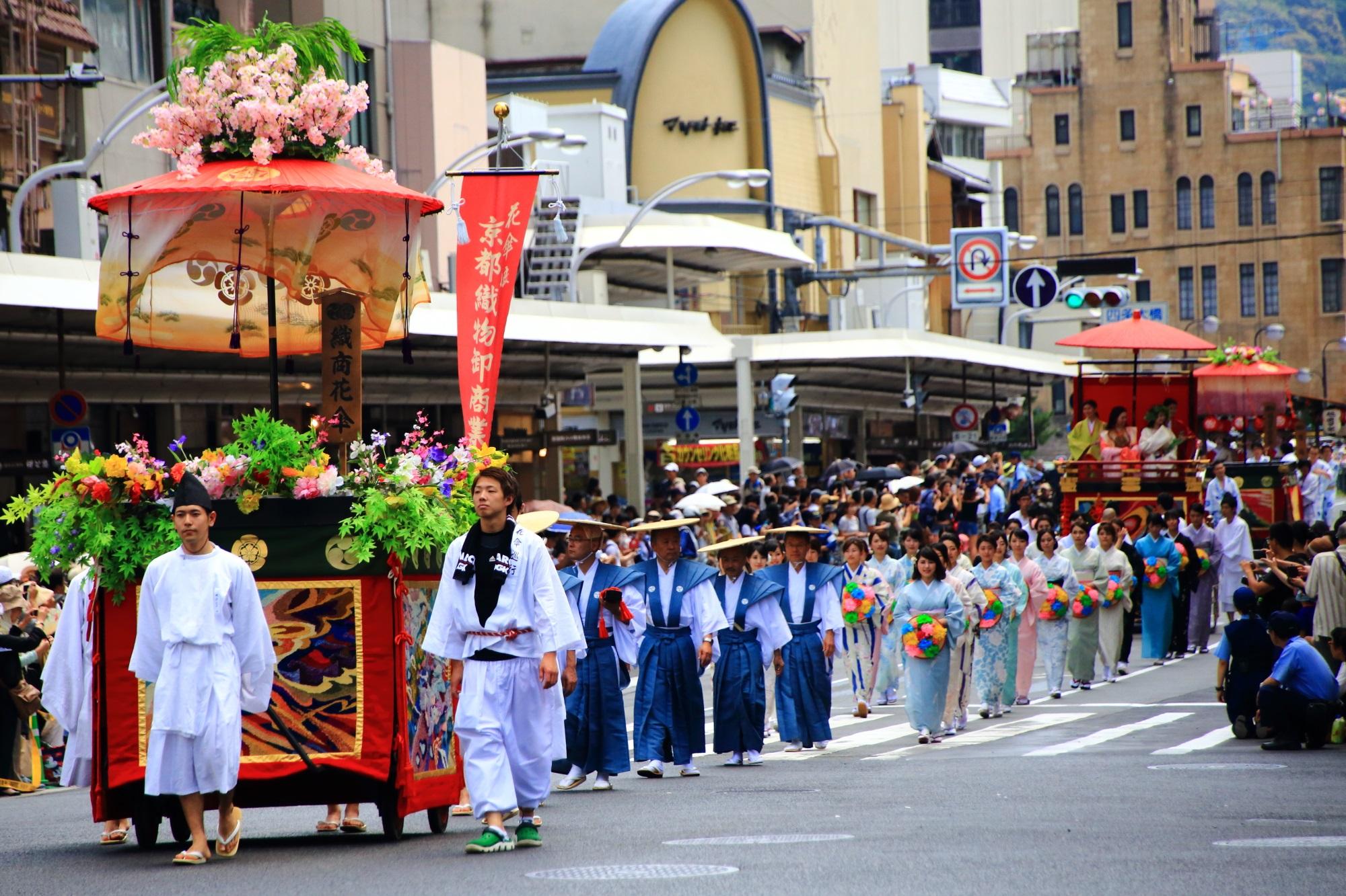 祇園祭の花傘巡行の京都織物卸商業組合