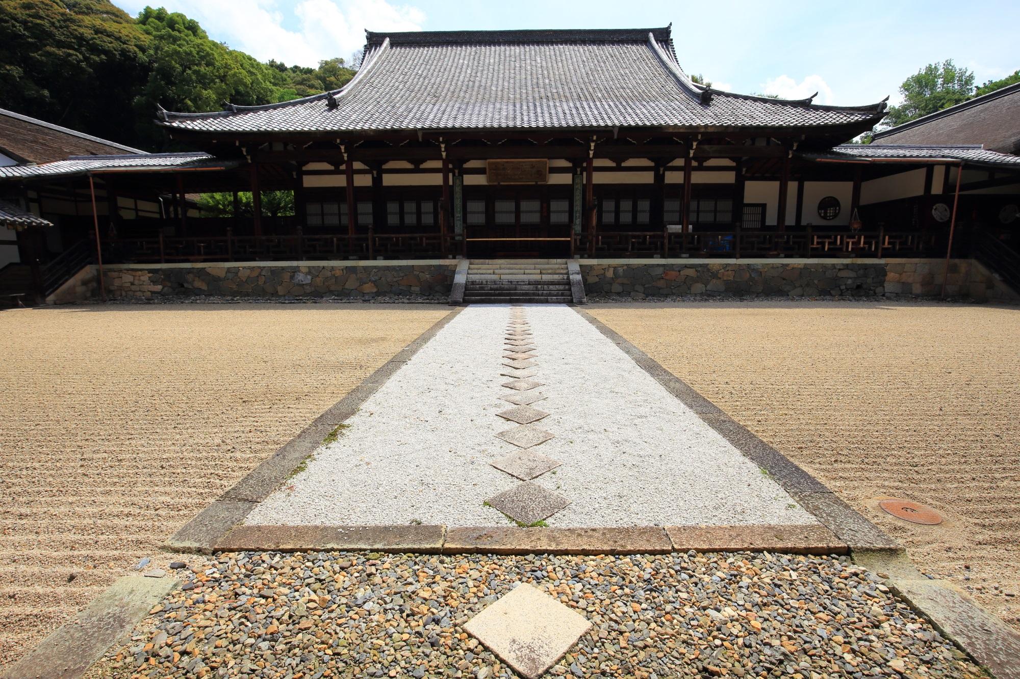 黄檗山萬福寺の前が砂庭と飛び石の参道になっている法堂