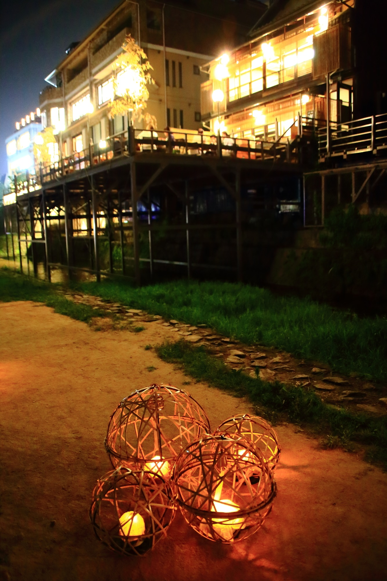 夏の京の七夕鴨川会場の涼しげな風鈴灯と納涼床