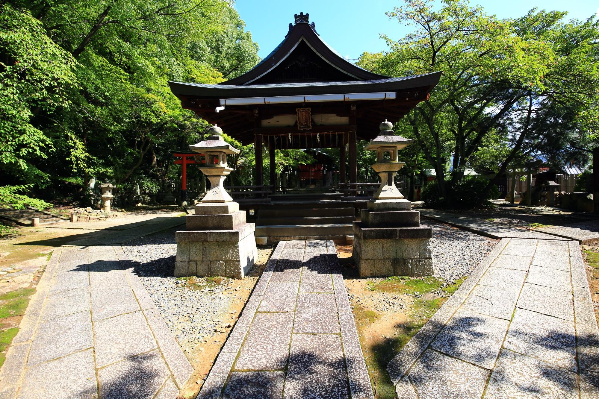 木々や緑につつまれた静かな空間に鎮座する竹中稲荷神社の拝殿