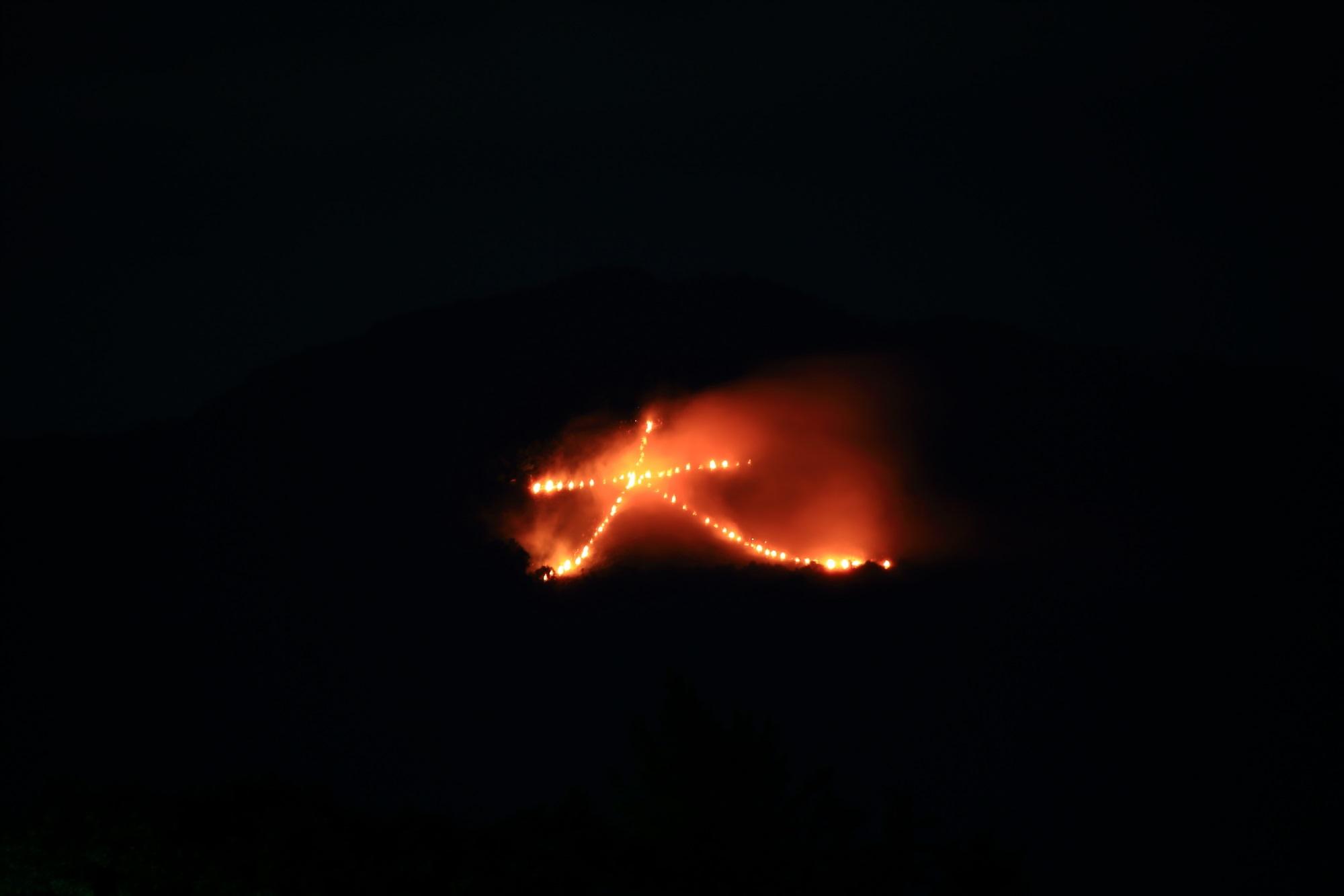 五山送り火の東山如意ケ嶽の夜空を焦がす大文字 2015年8月16日